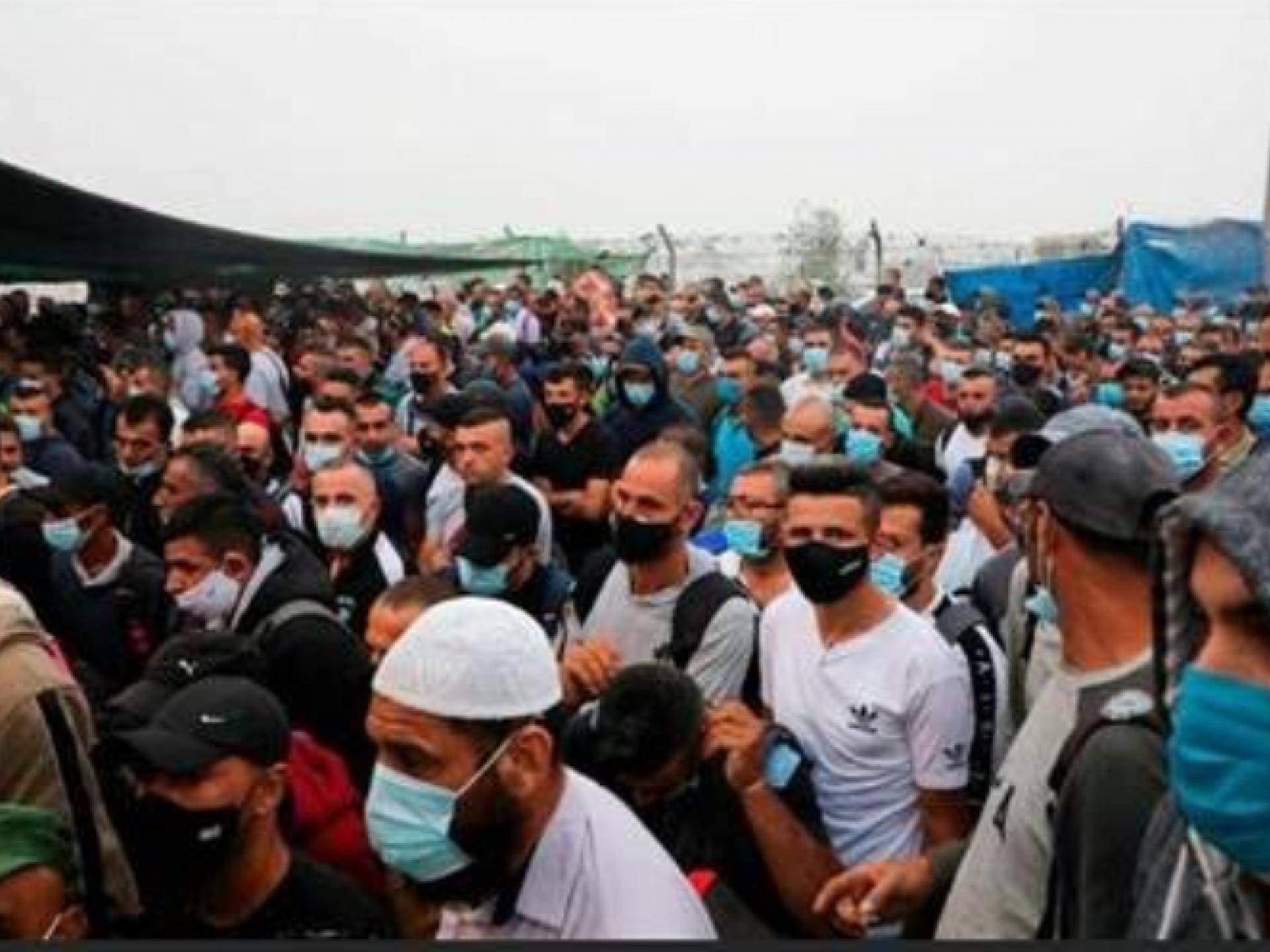 אנשים צפופים עם מסכות הגנה מהדבקה 29.6.2020