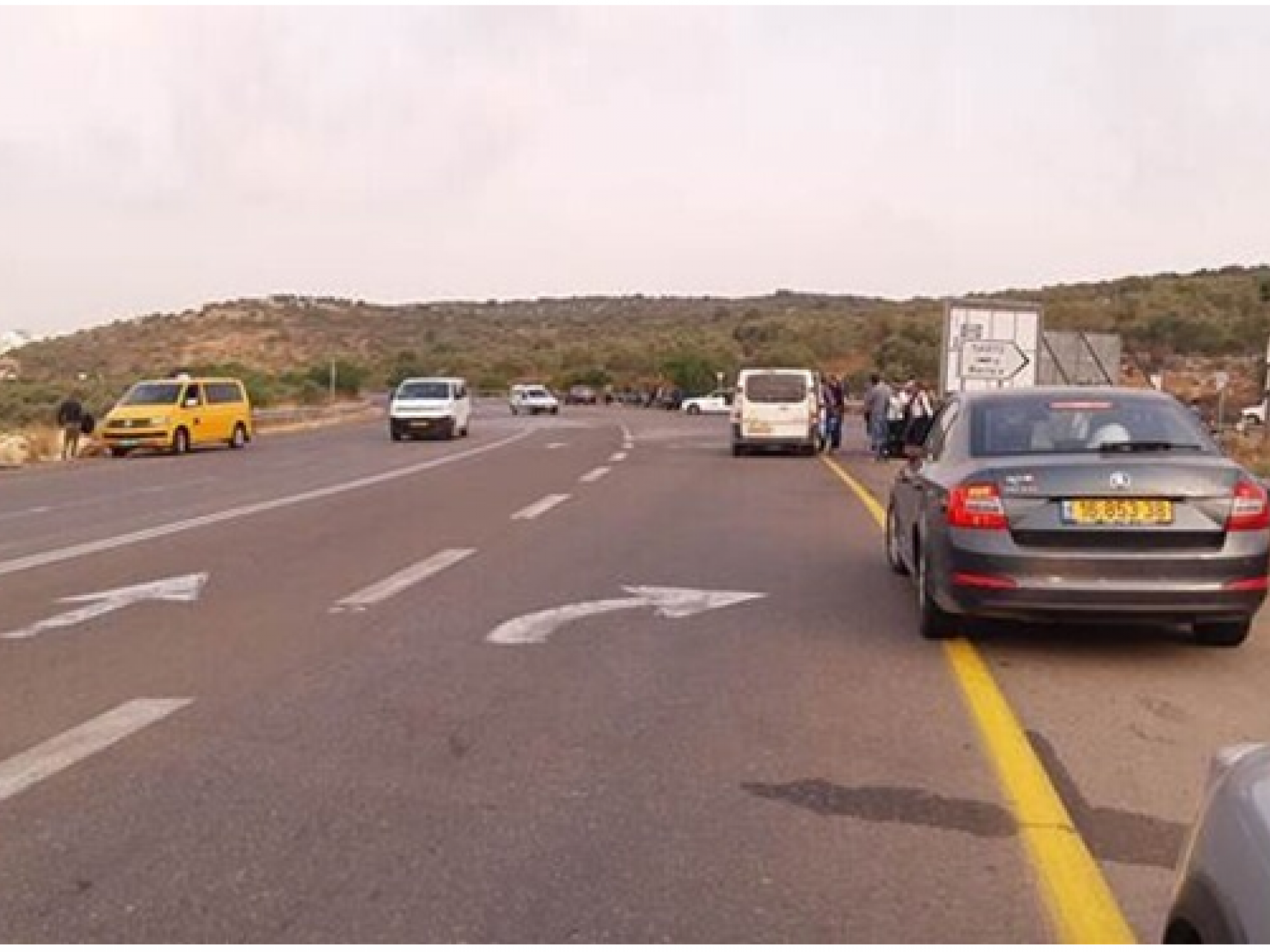 רכבים חונים משני צידי הכביש
