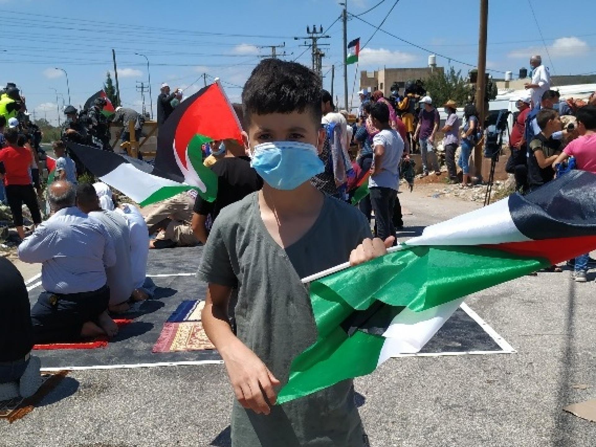 ילד בן 10  בהפגנה