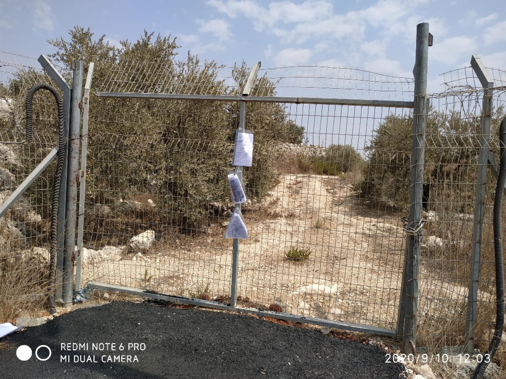 השער החוסם את הדרך לכרם הזיתים ולאתר