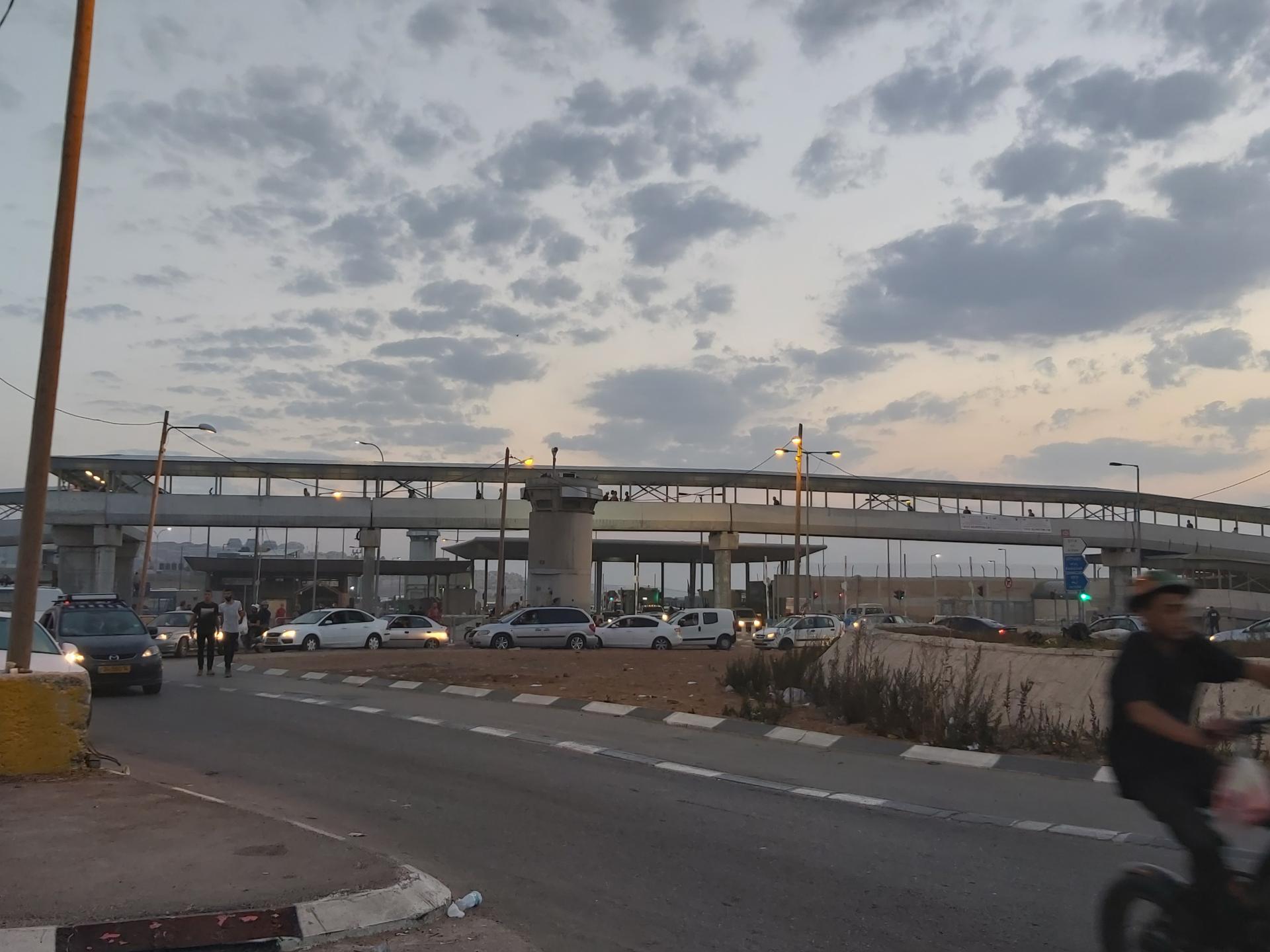 אנשים על הגשר והמכוניות שבאות לאסוף אותם מתחת לגשר