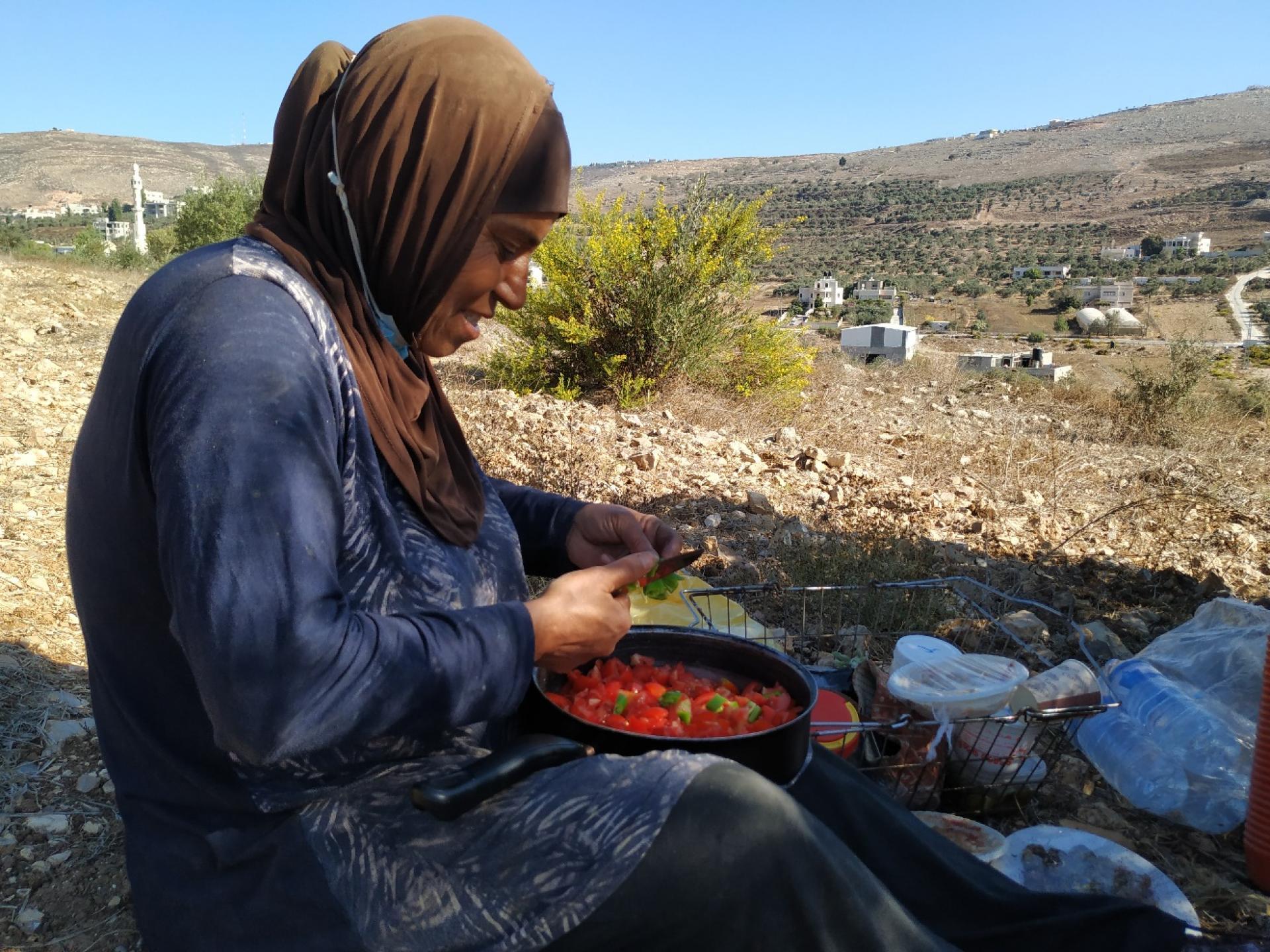 הכנת סלט העגבניות החריף למטבוחה