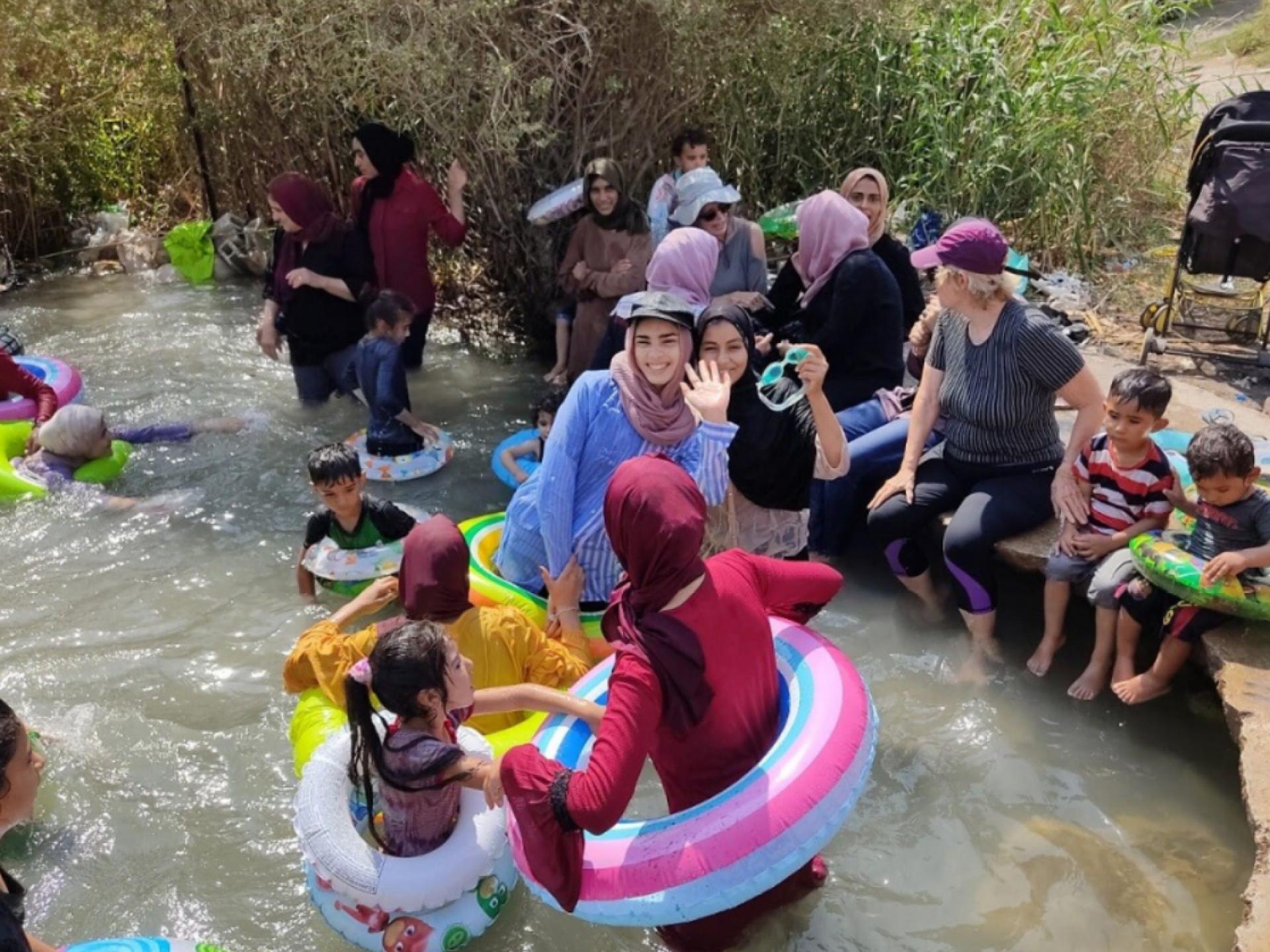 יום כיף במים לילדי הרועים בבקעת הירדן במעין עין סכות