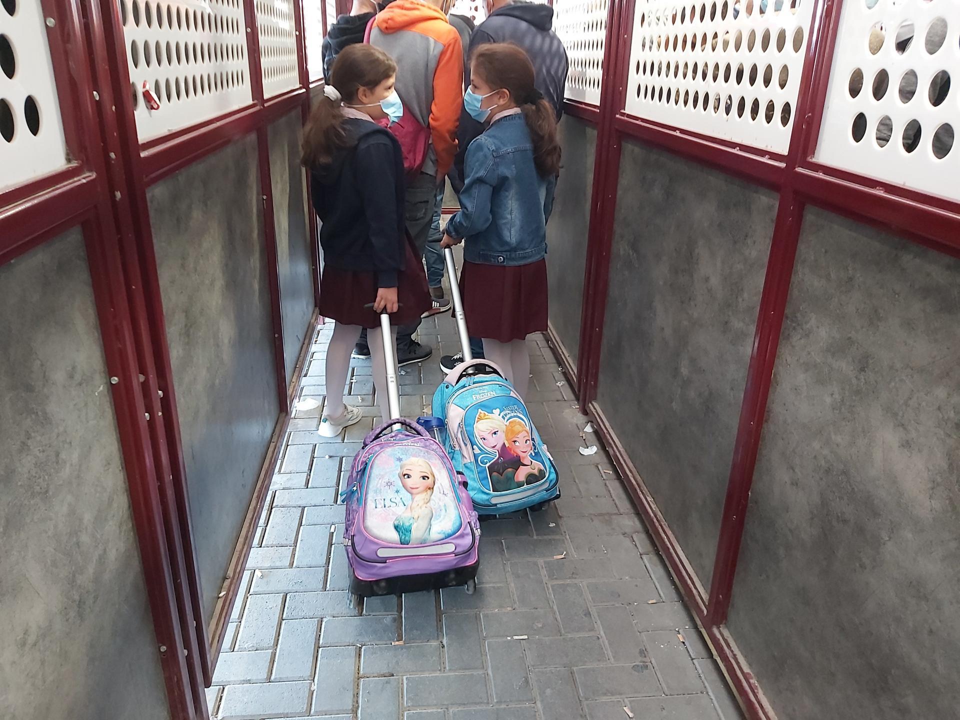ילדות בדרך לבית הספר