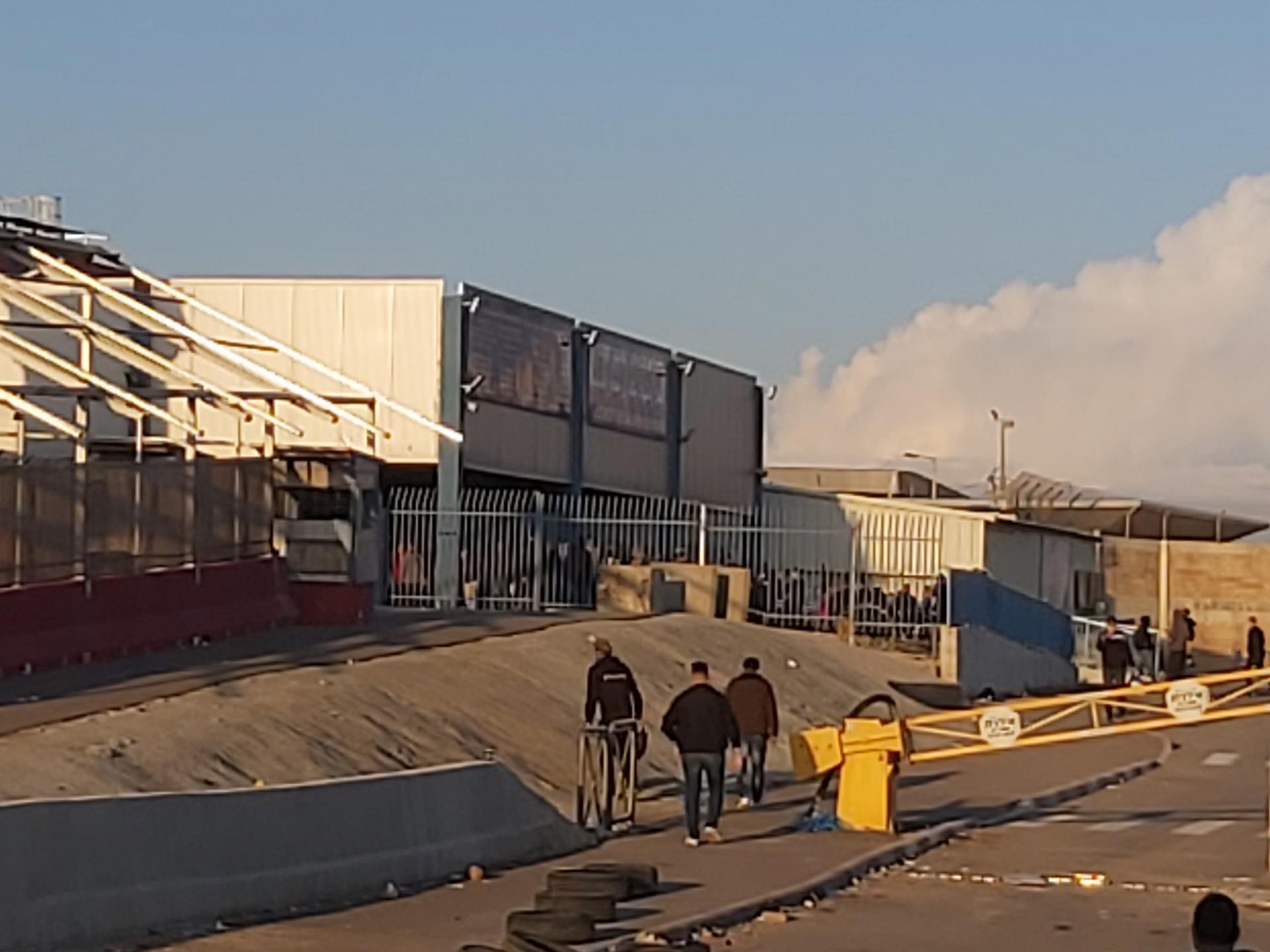 מבט מהקיוסק אל המחסום והתורים שמעבר לגדר