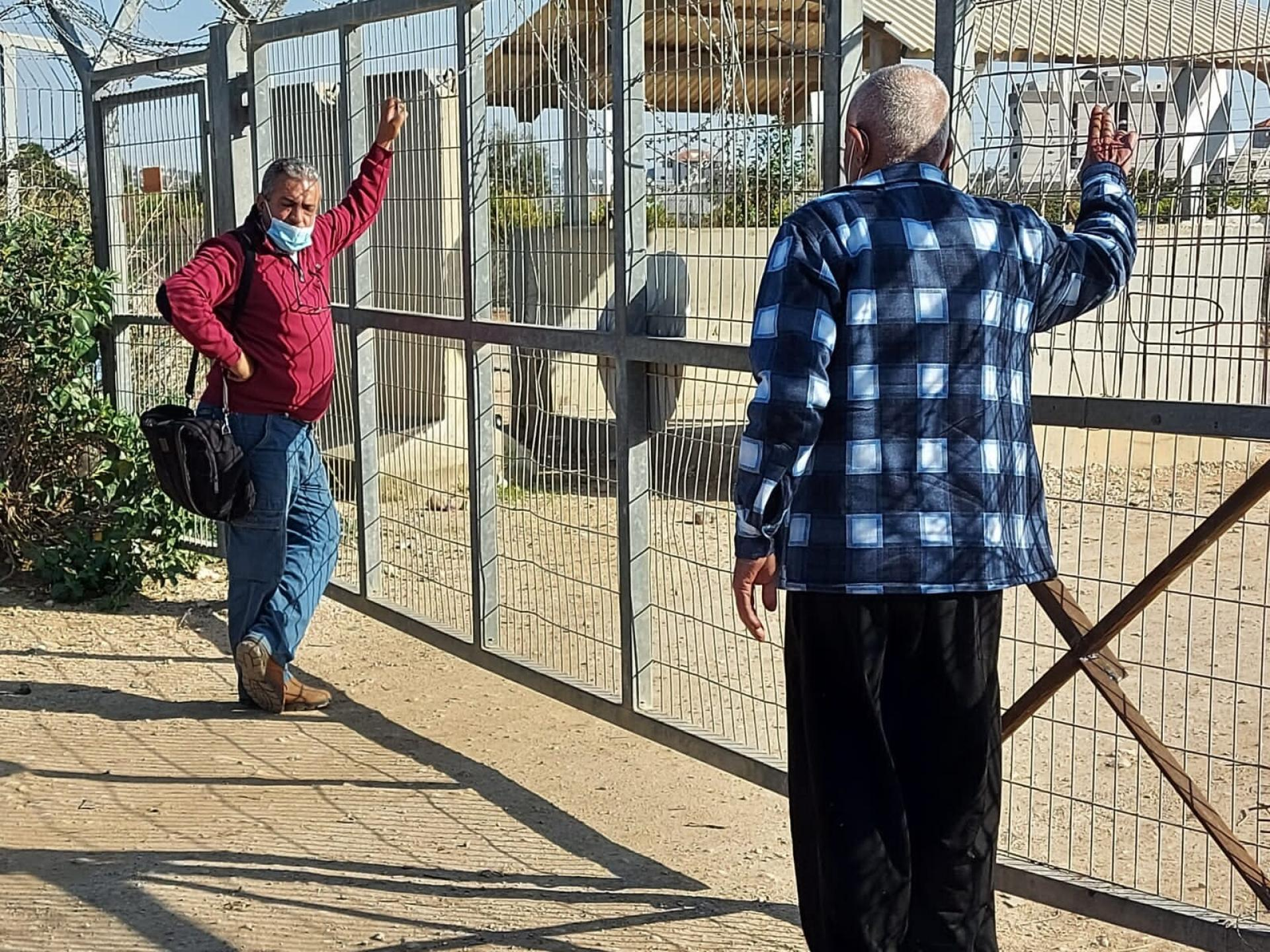 מחכים לפתיחת שער המחסום
