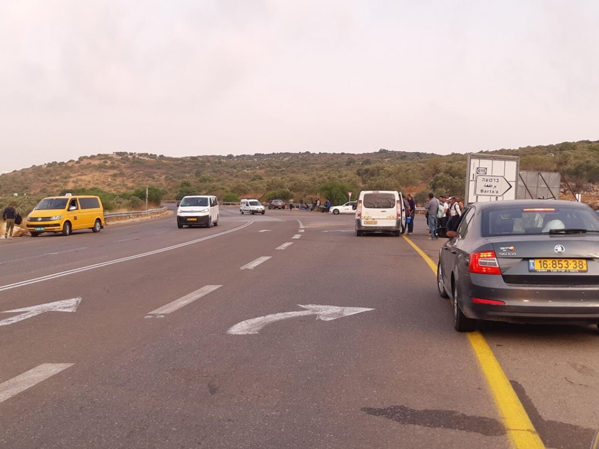 צומת ברטעה המזרחית: תחנת הסעה חופשית לישראל לבאים מהגדה דרך הגדר. אין צורך באישורים