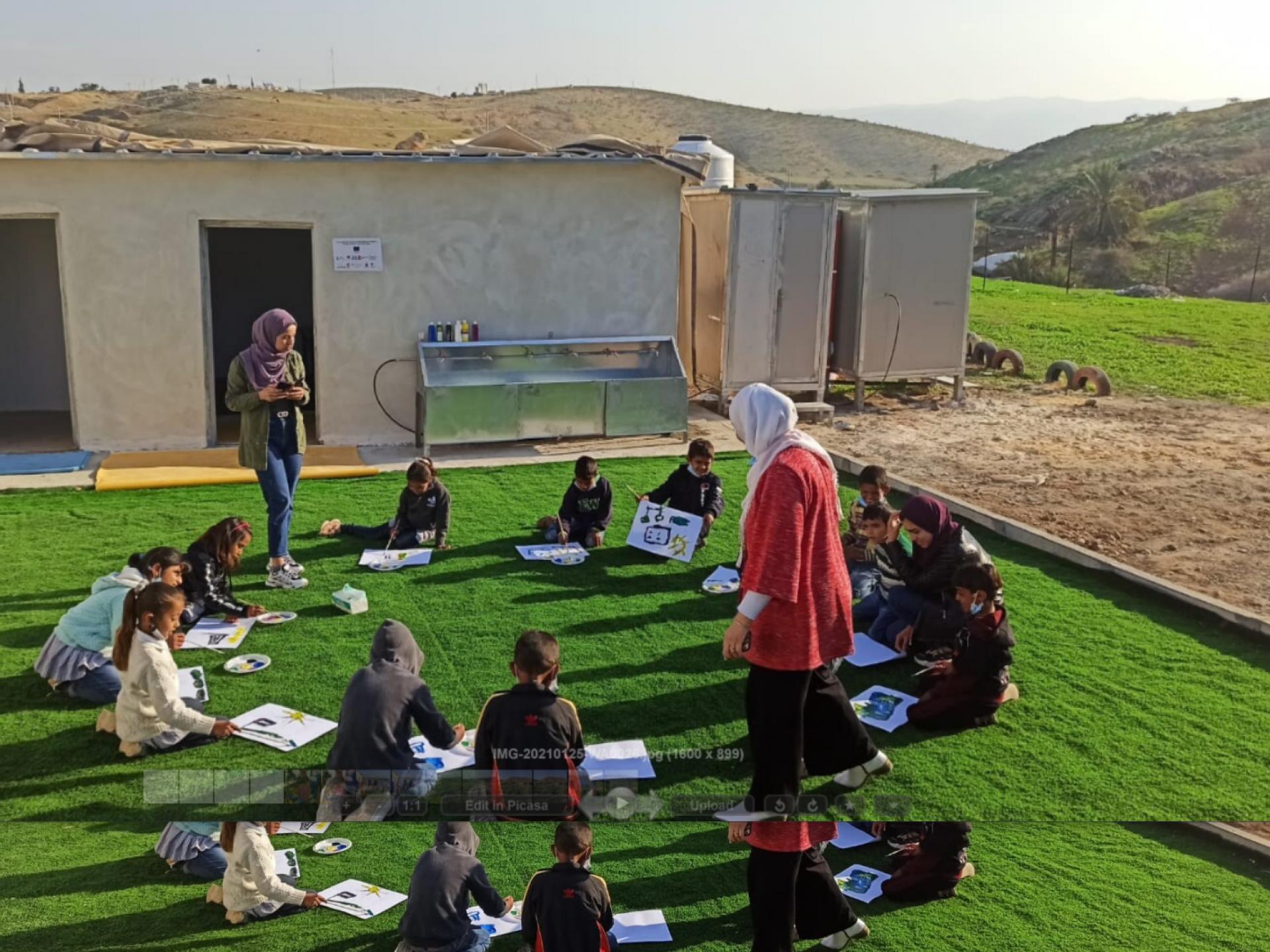 ילדים מציירים בחצר בית הספר