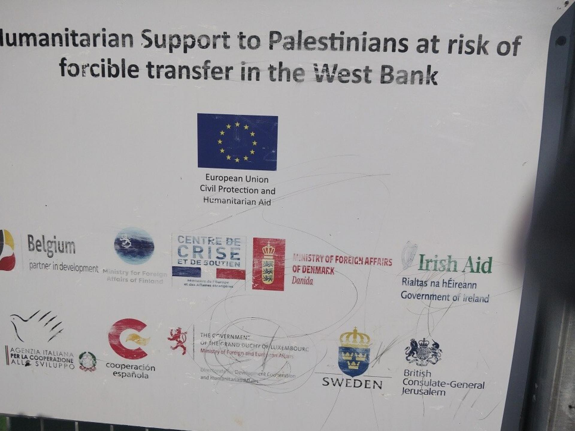 שלט ועליו רשימת התורמים האירופאים לבית הספר באל מליח