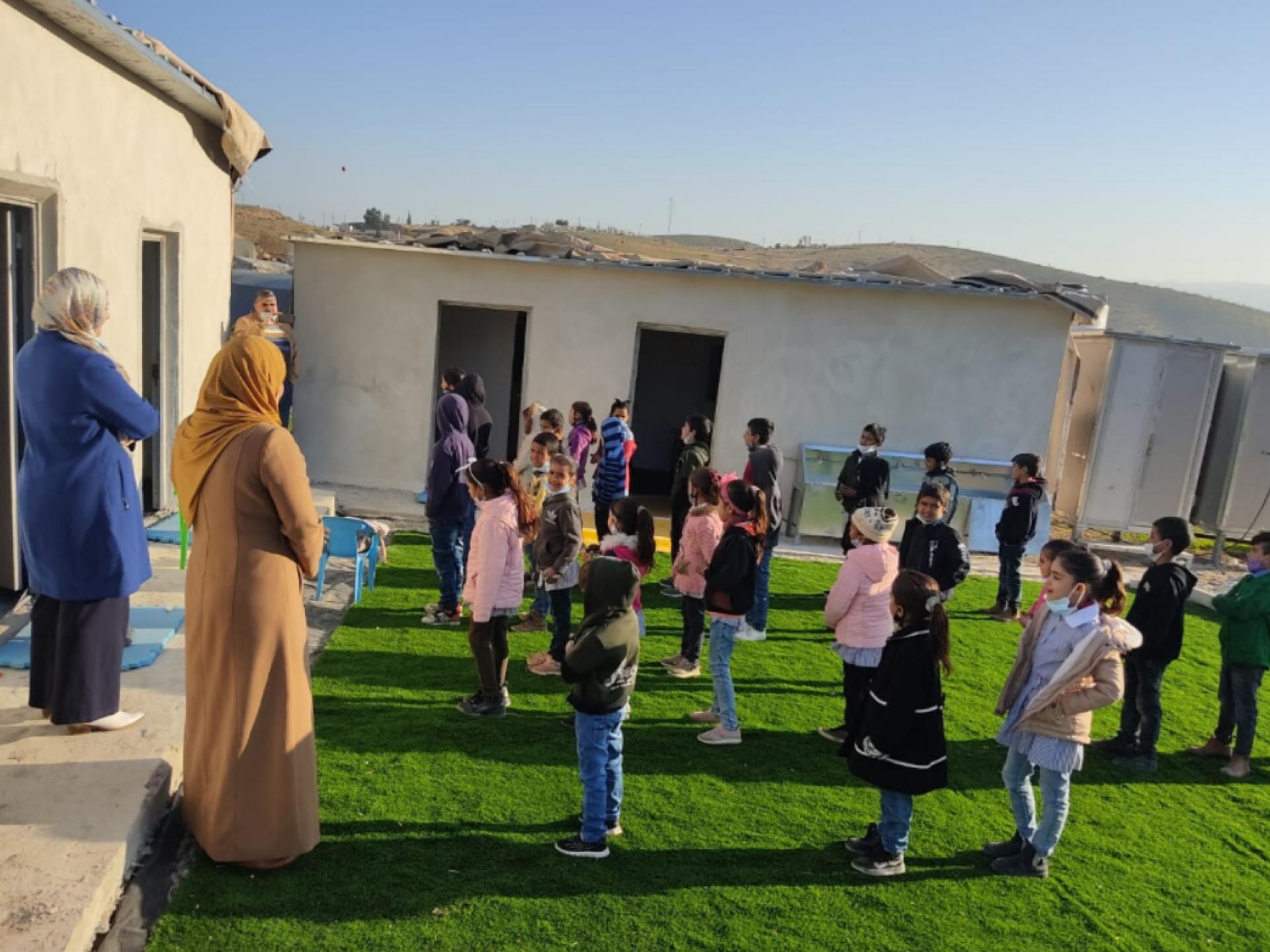 תלמידים משחקים בחצר בית ספר