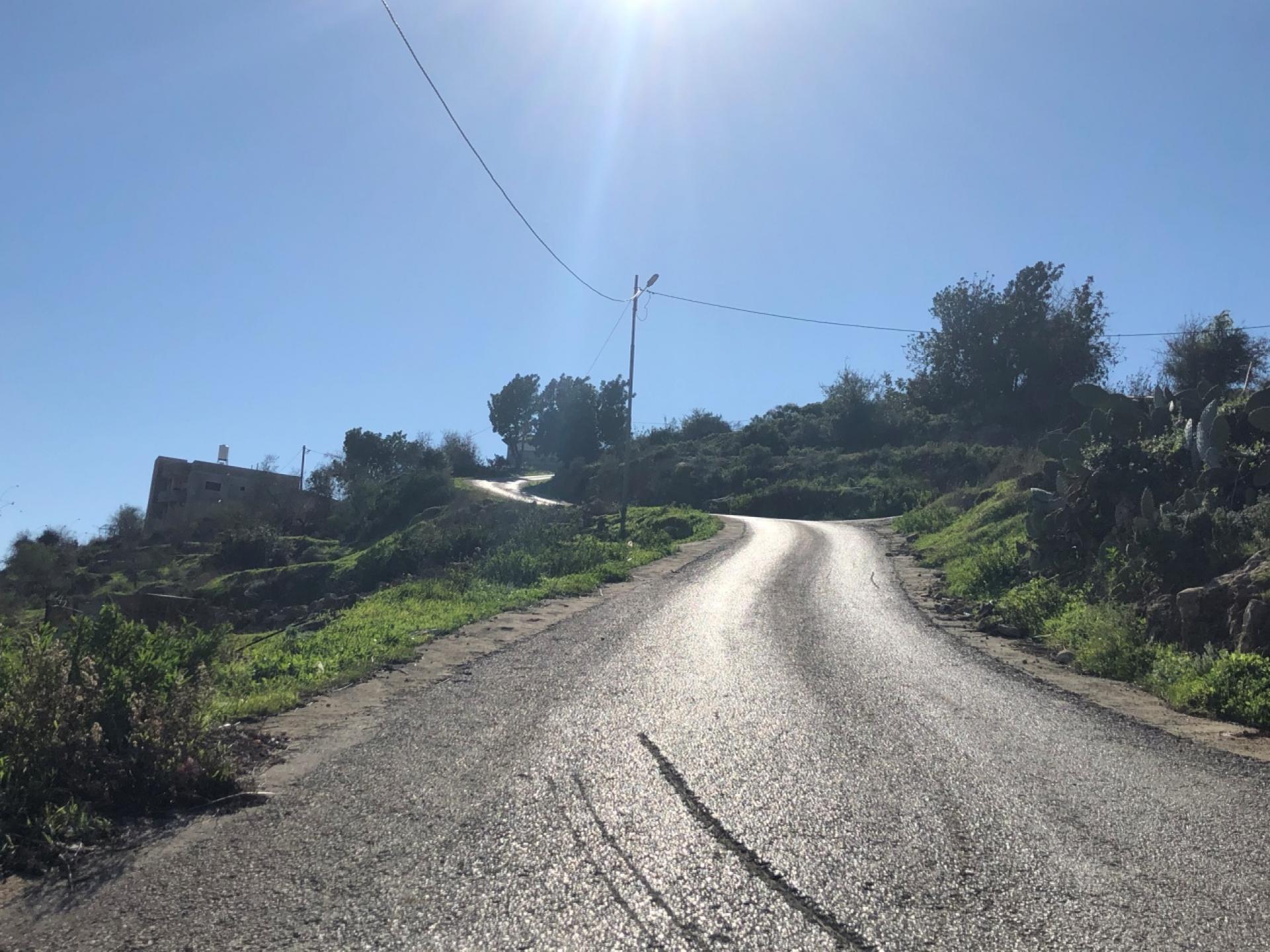במעלה הכביש המוביל לעזון