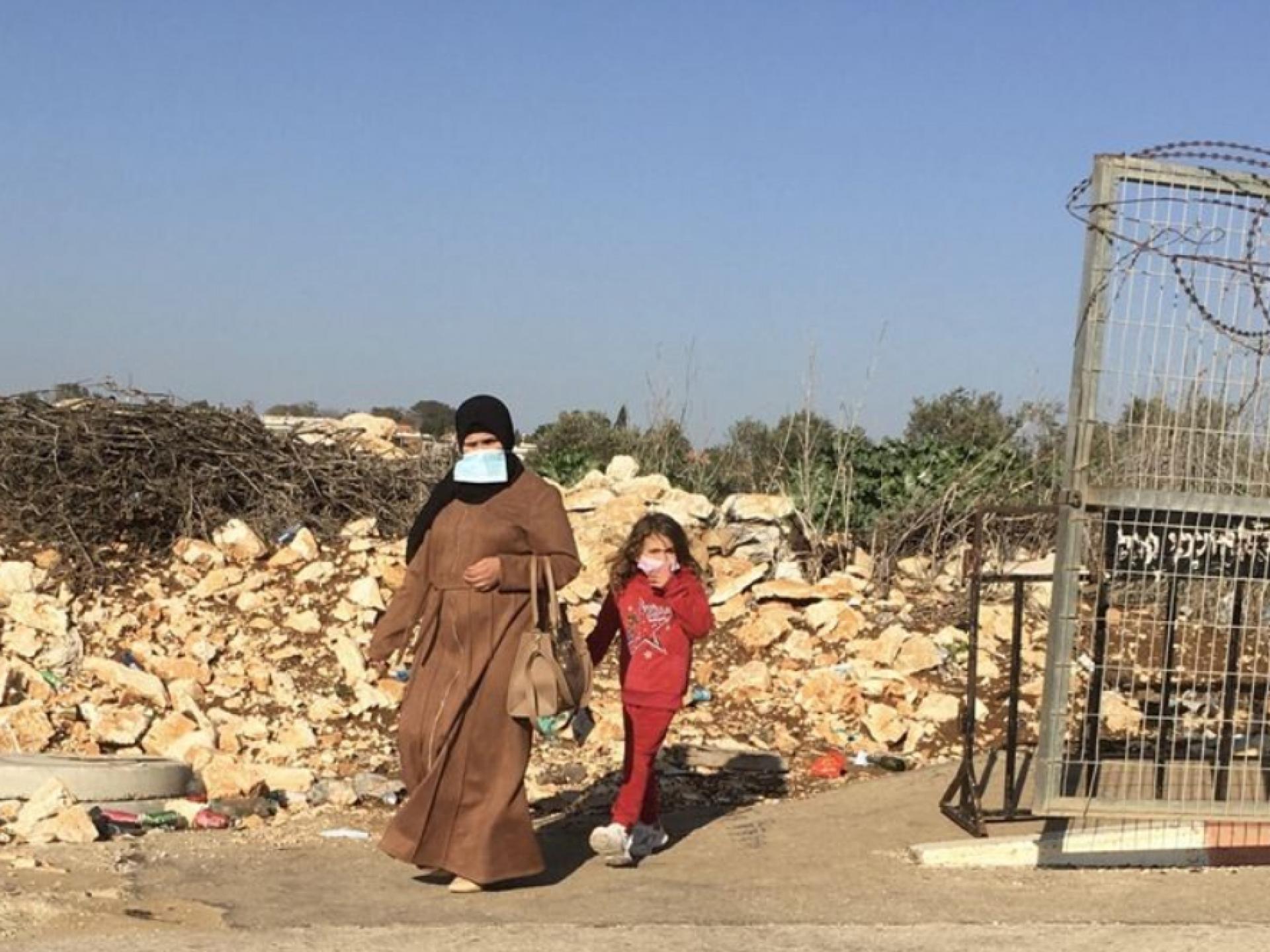 אשה וילדה יוצאות ממחסום