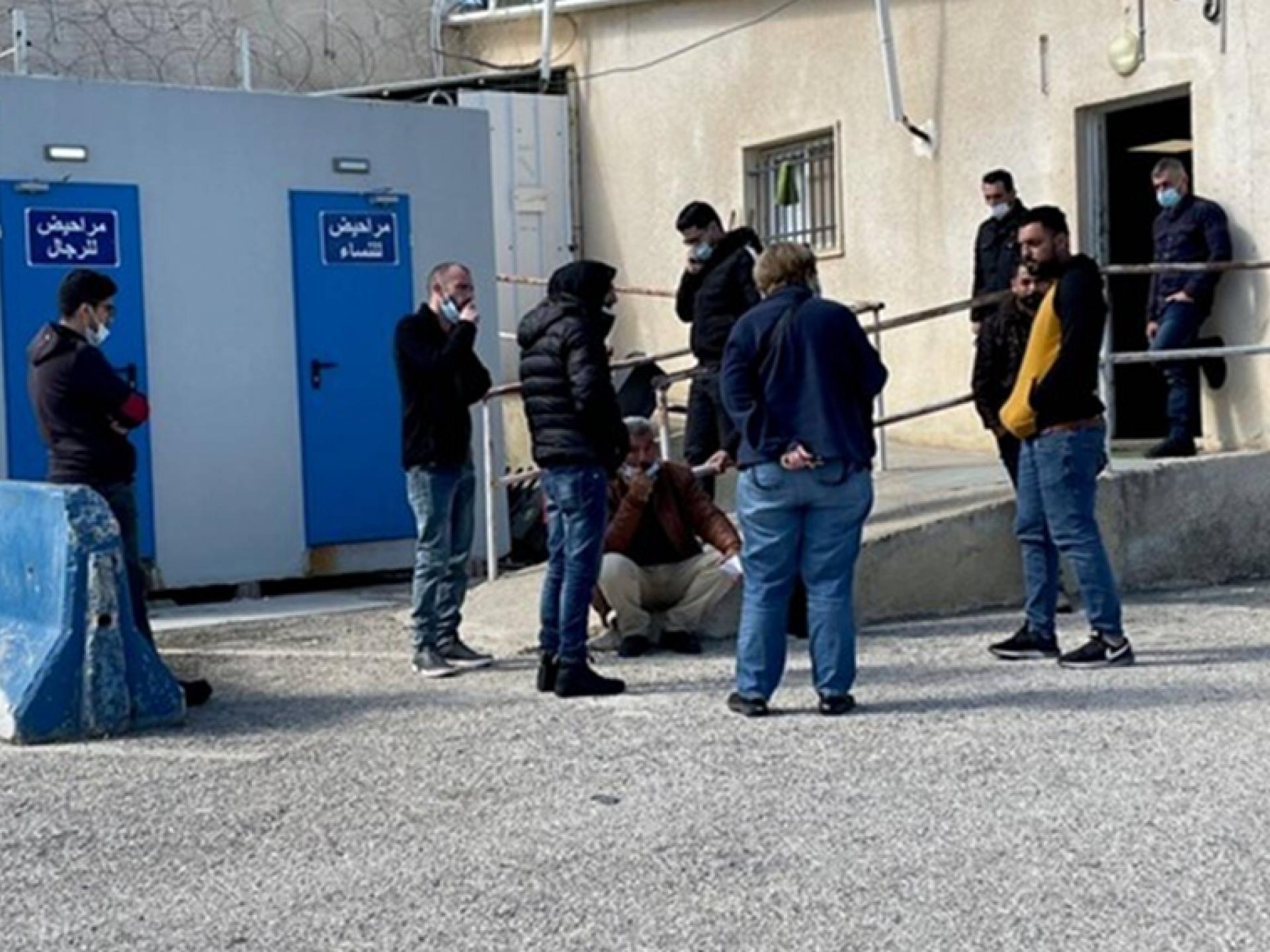 """אנשים ממתינים בעמידה בכניסה למת""""ק עציון"""