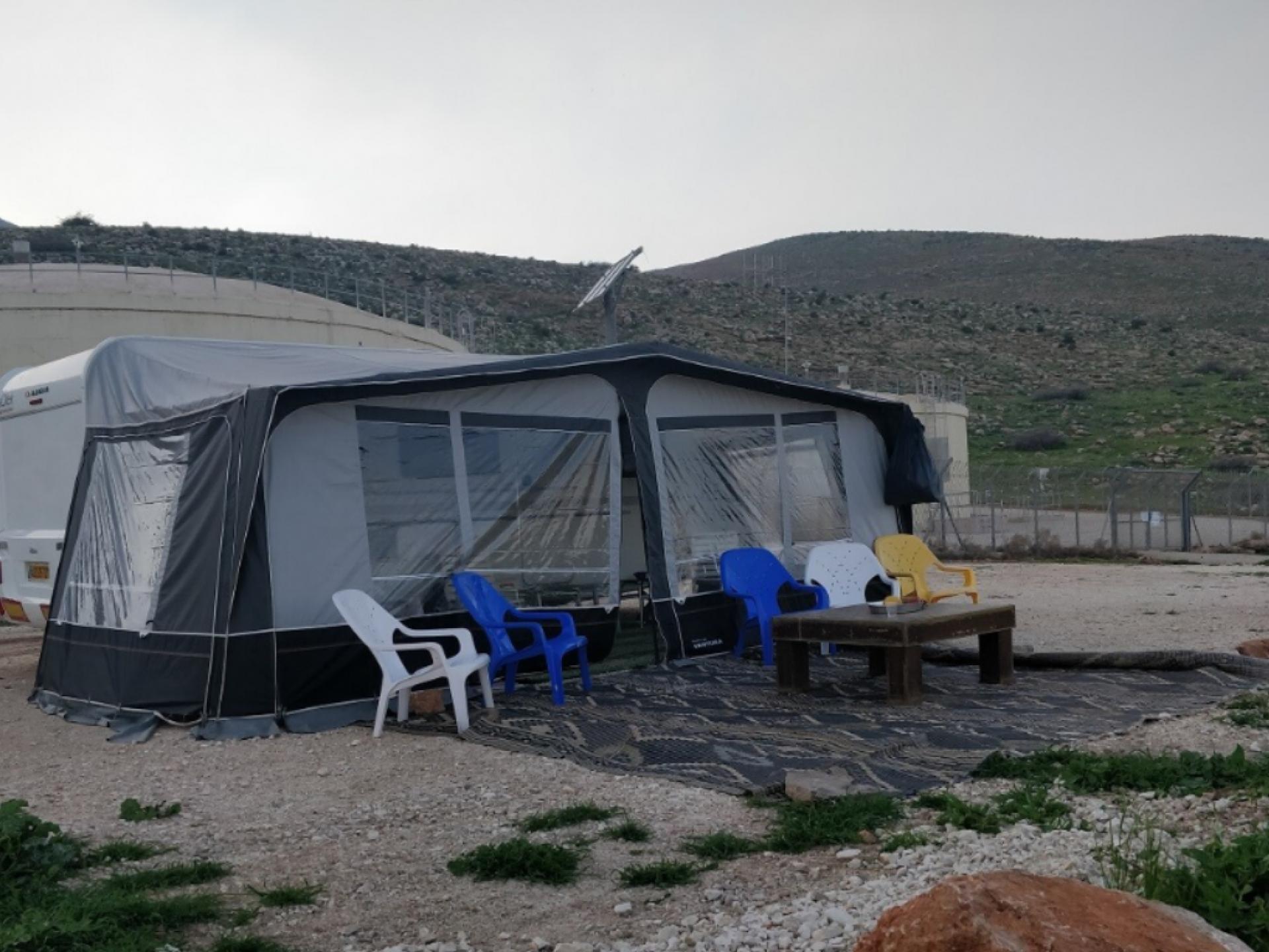 קרוון ואוהל גדול בשטח