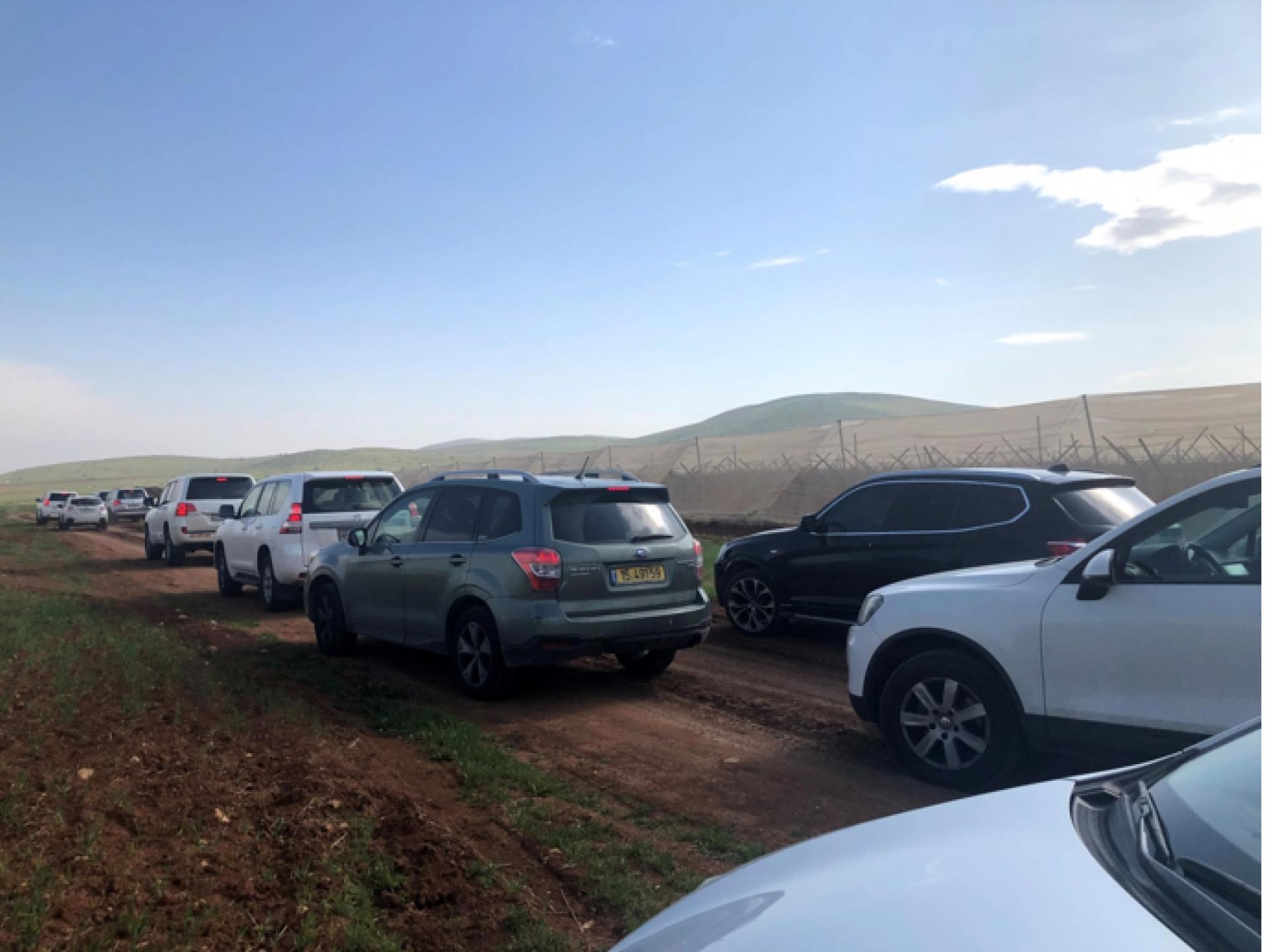 שיירה של מכוניות בדרך עפר בבקעת הירדן