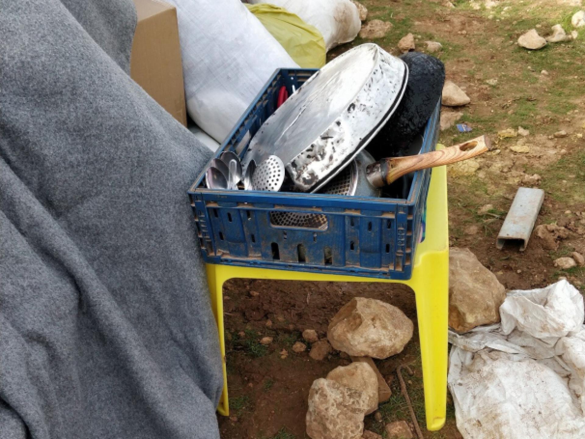כלי מטבח מיטה ושמיכה, בשטח הפתוח