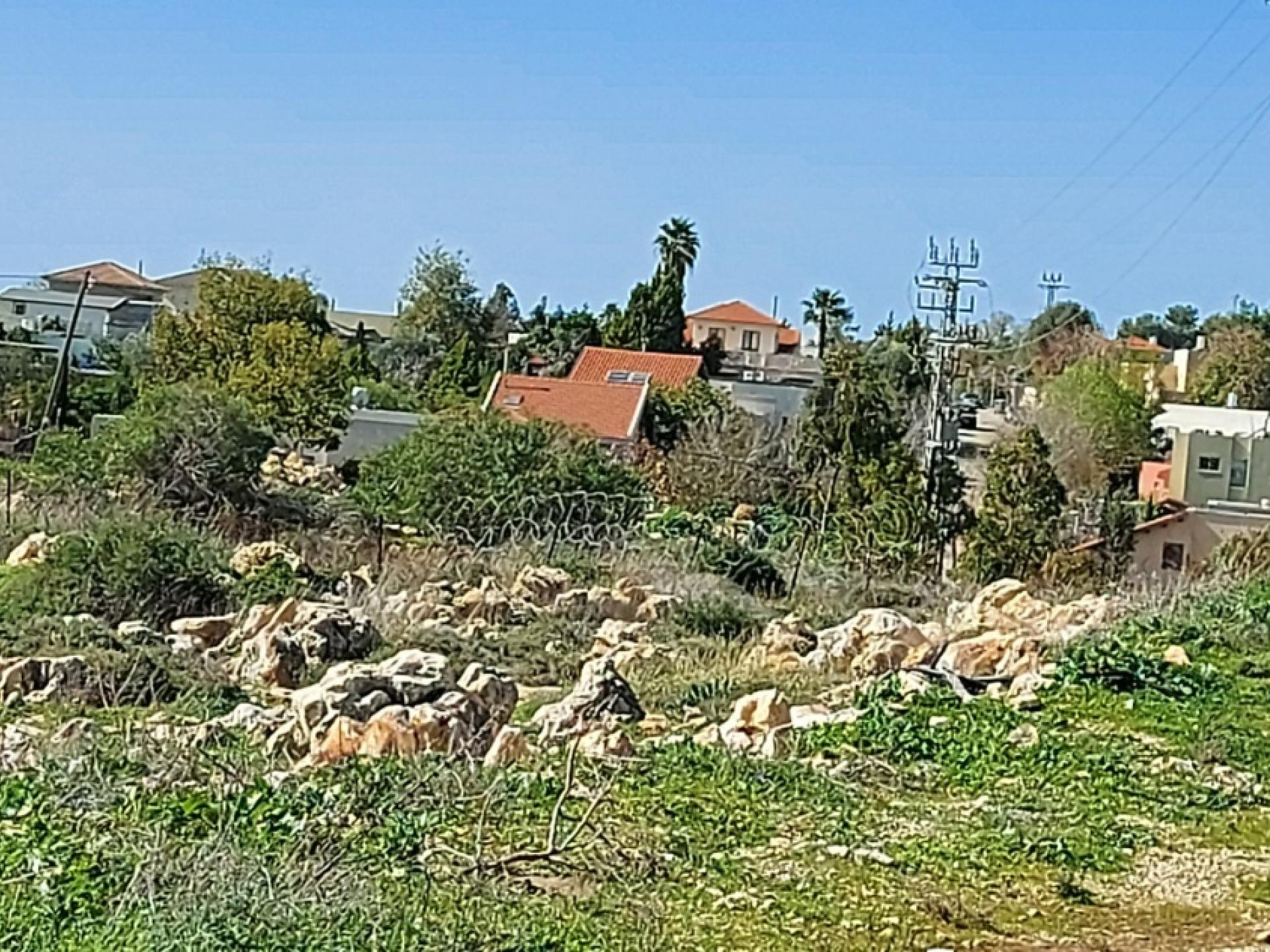 מסוף השביל של כפר סור רואים את גגות בתי סלעית