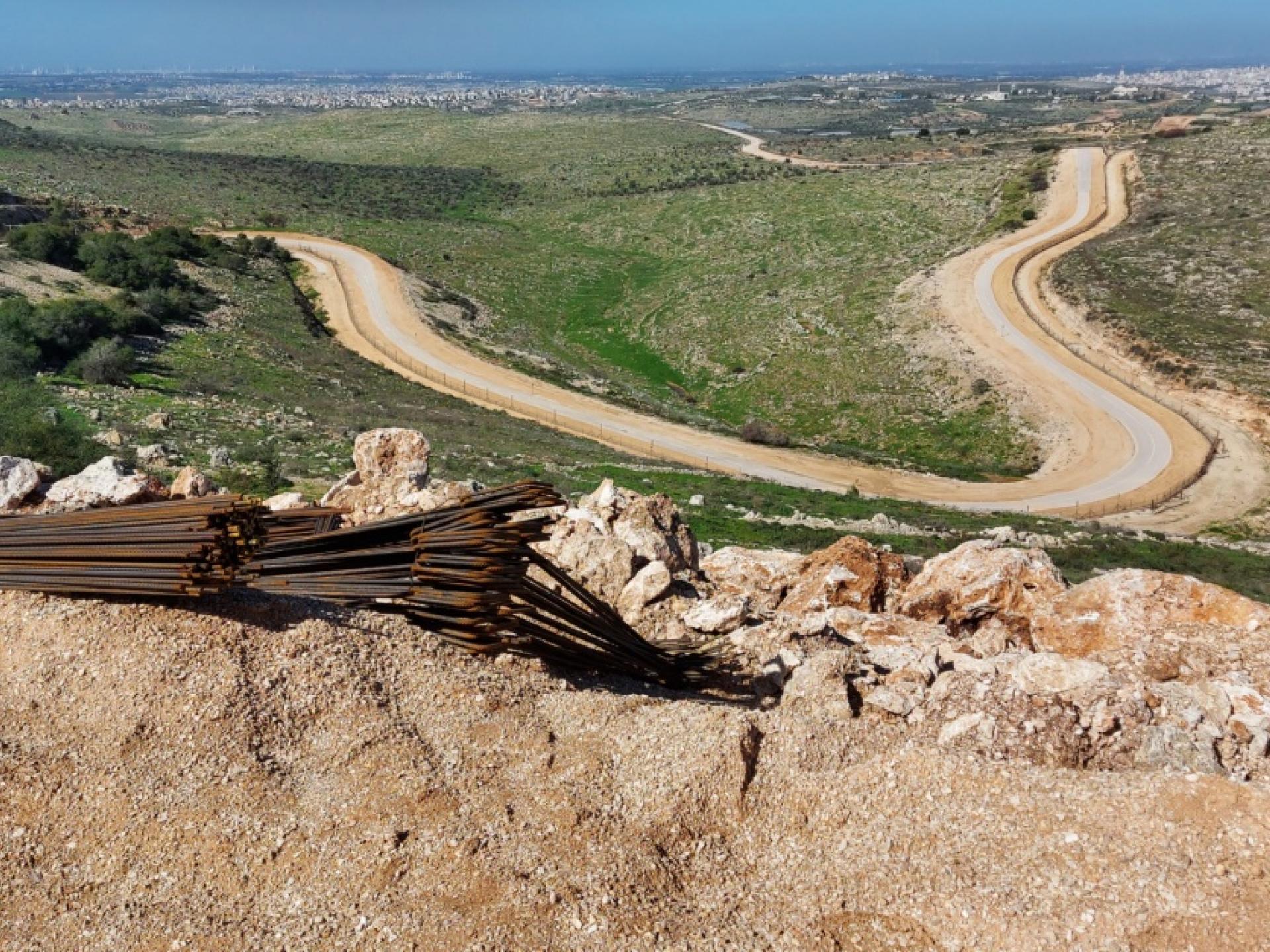 אדמות אנשי כפר סור נמצאות ממערב לסלעית ליד כביש המערכת