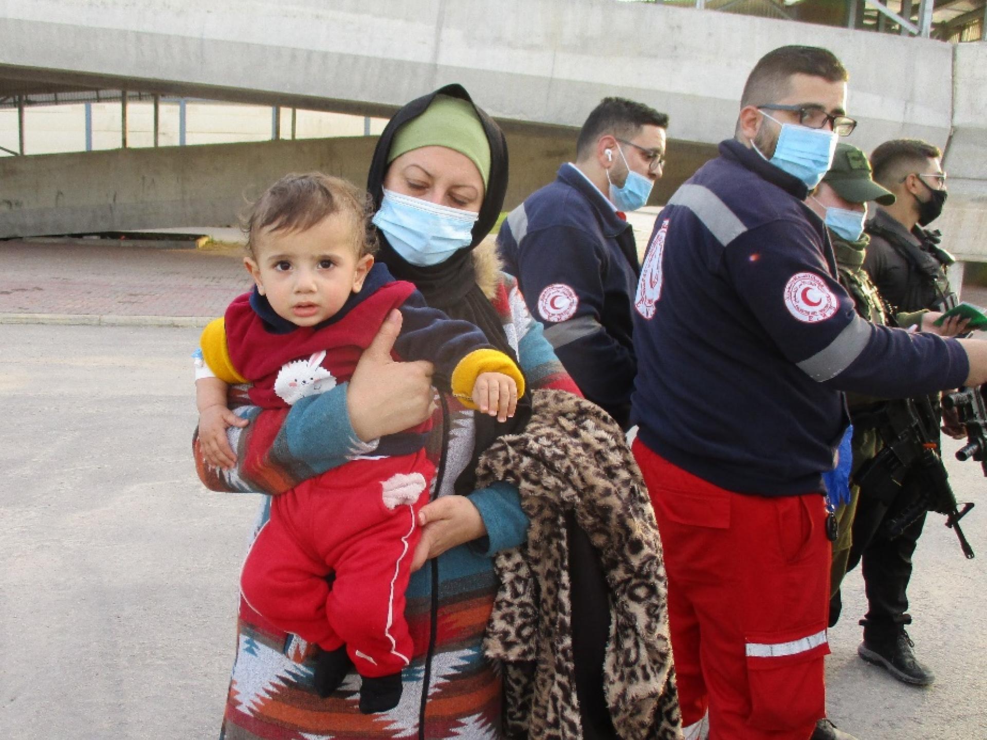 פוראת, תינוק בן 11 חודש, חולה בסרטן עטוף בידיה של אמו
