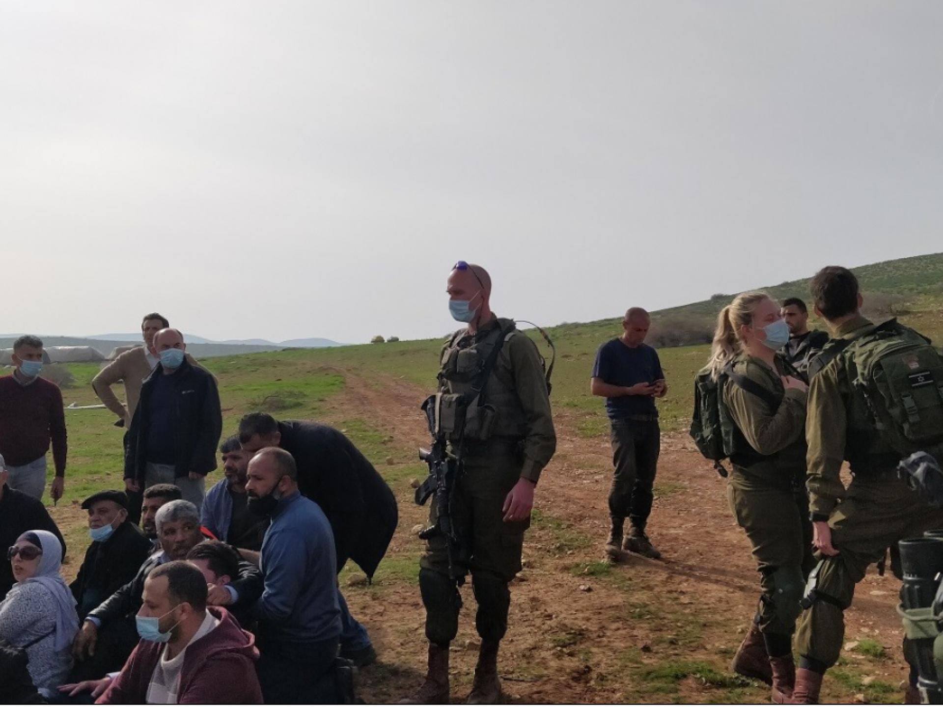 פלסטינים יושבים על האדמה והצבא מנסה לסלק אותם