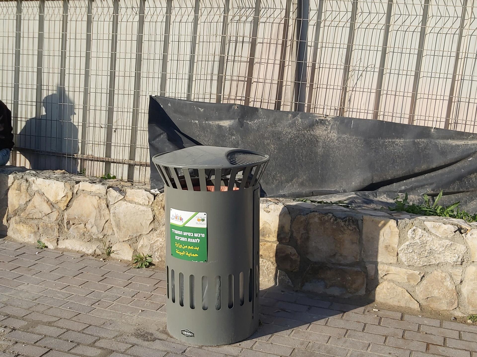 פחים חדשים במחסום קלנדיה.