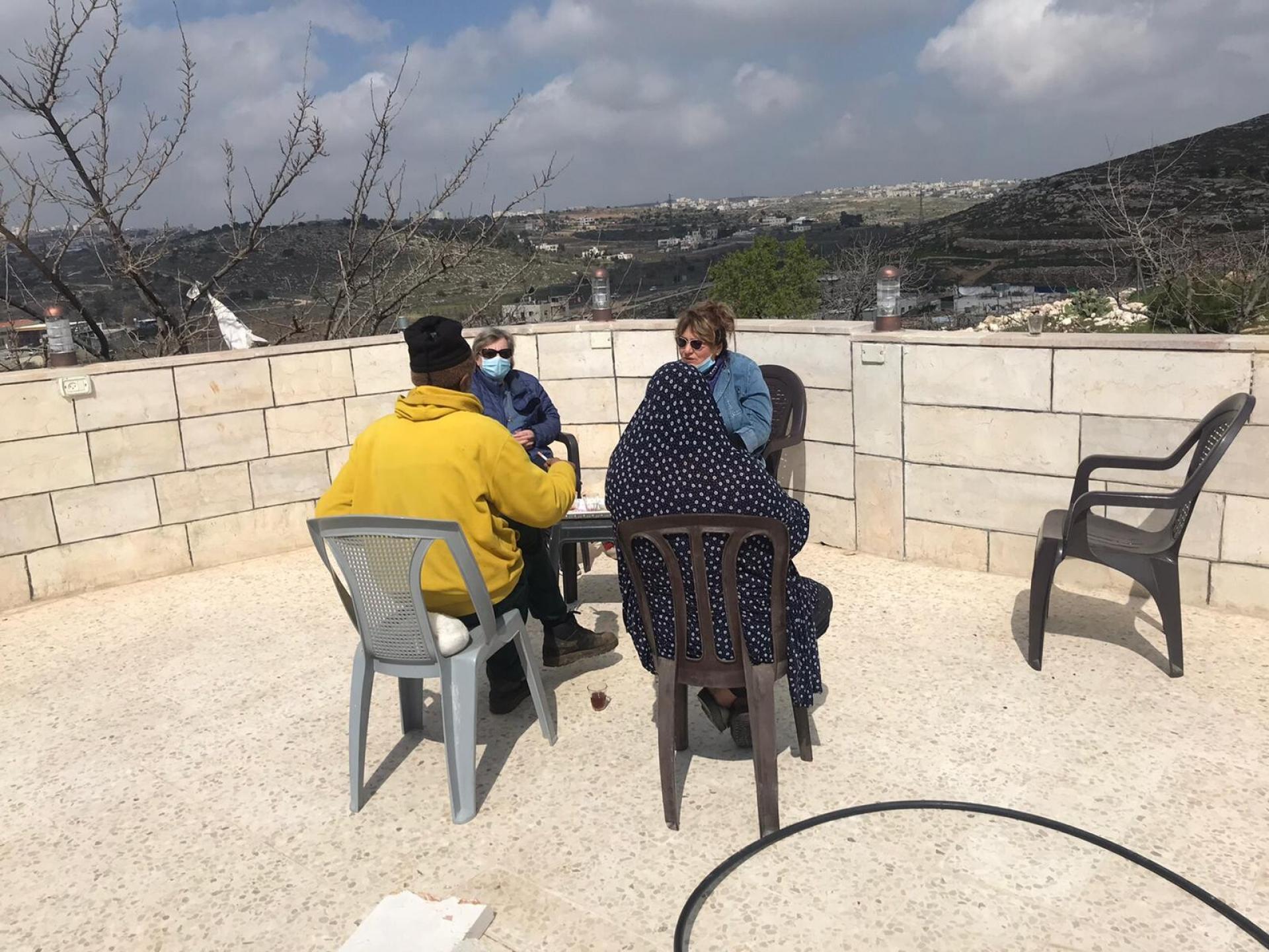 עם עטא וג'יהאן ג'אבר בחצר ביתם