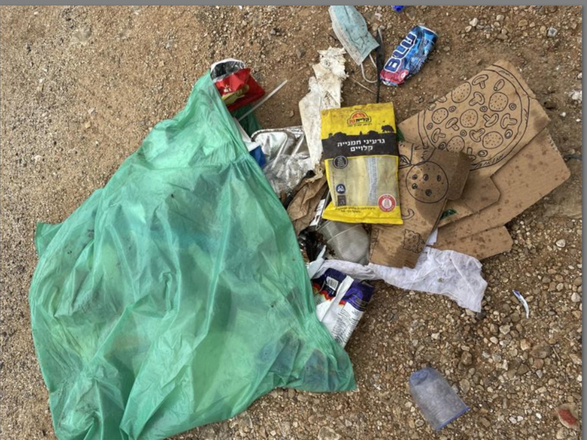 אשפה של חיילים מתפזרת משקית ניילון פתוחה במחסום טורה
