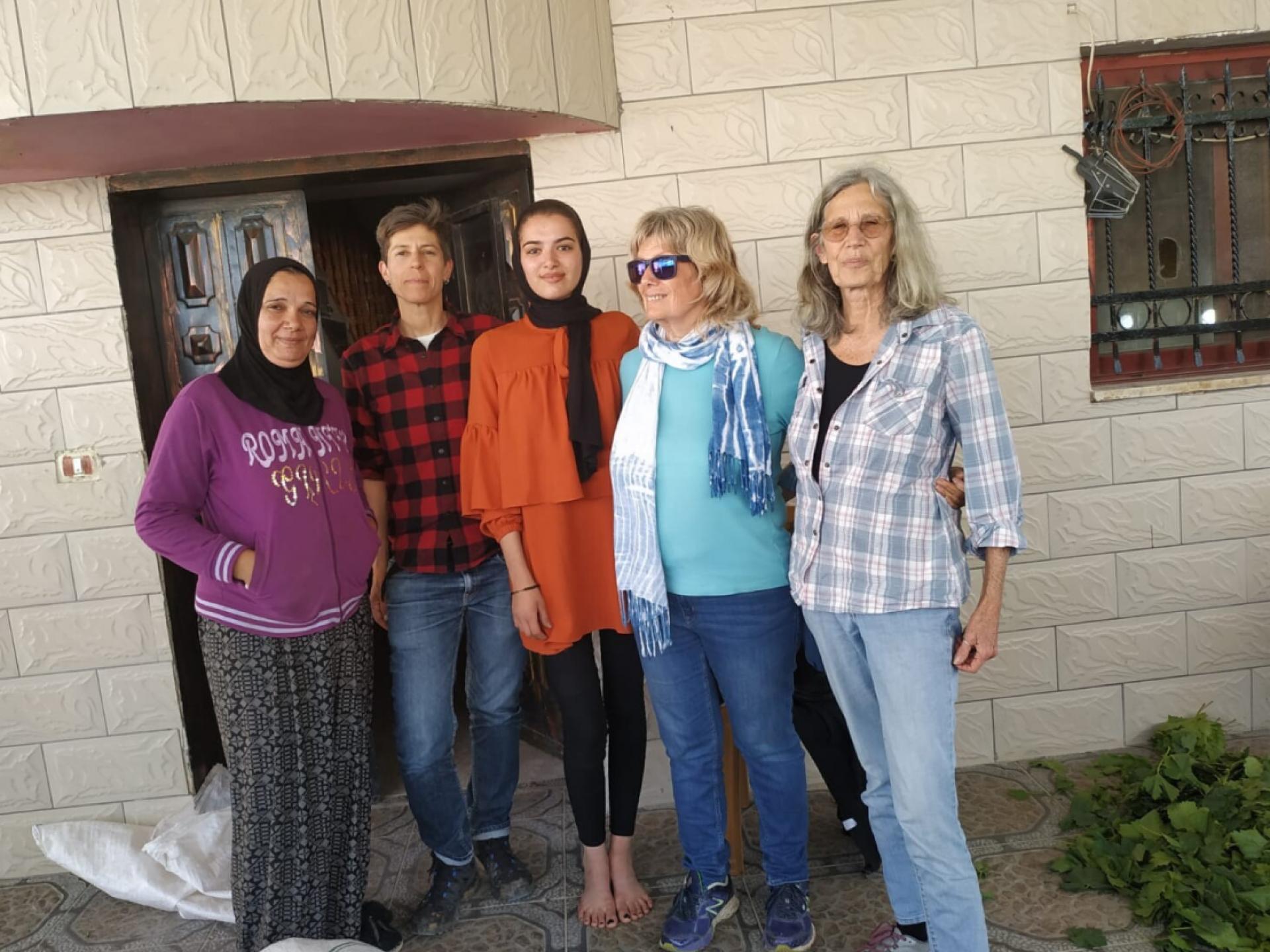 חמש נשים בפתח הבית