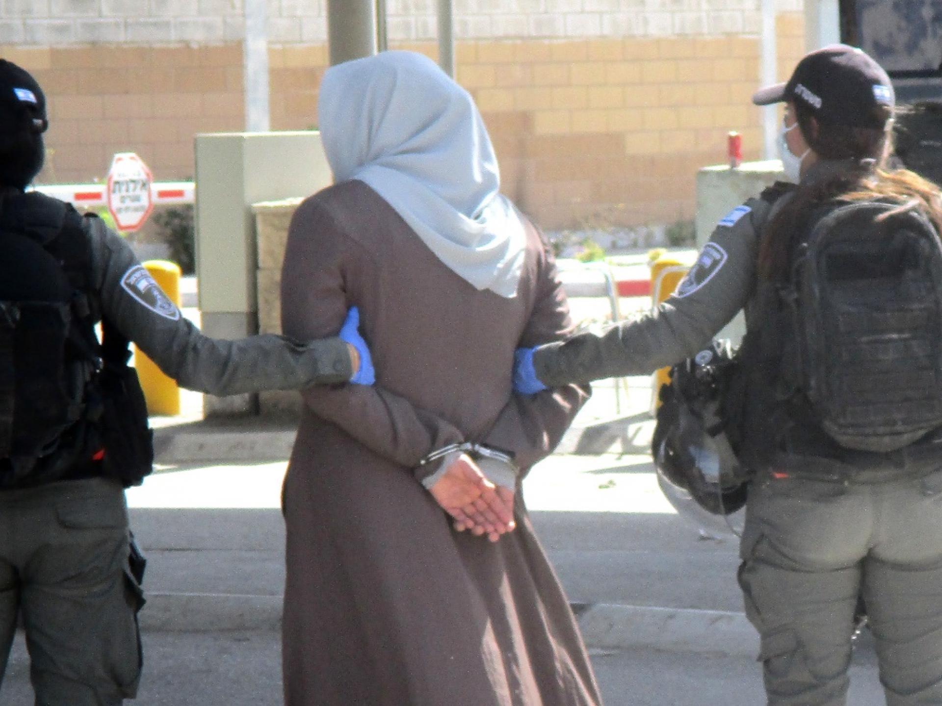 פלסטינית באזיקי מתכת