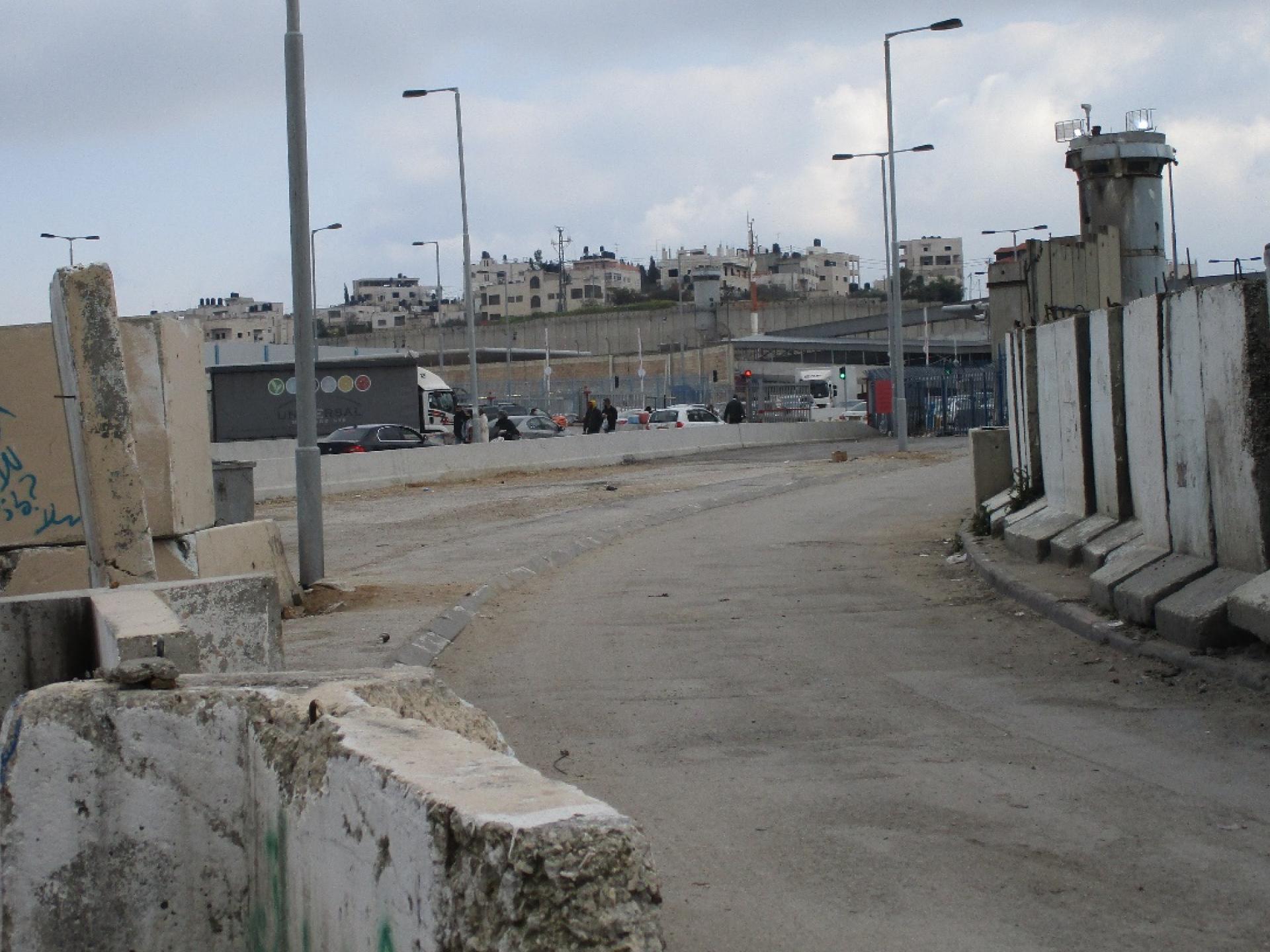 הדרך מהמחסום למחנה הפליטים בקלנדיה