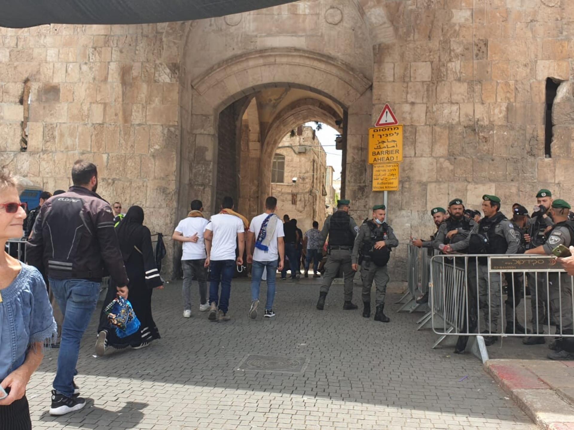 קלר ליד שוטרים בשער האריות