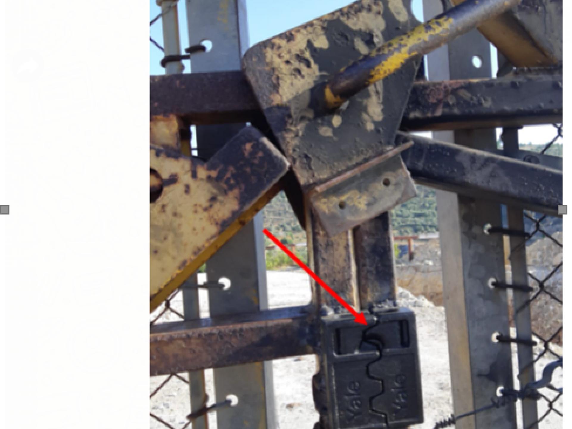 מנעול ברזל בתוך שער ברזל