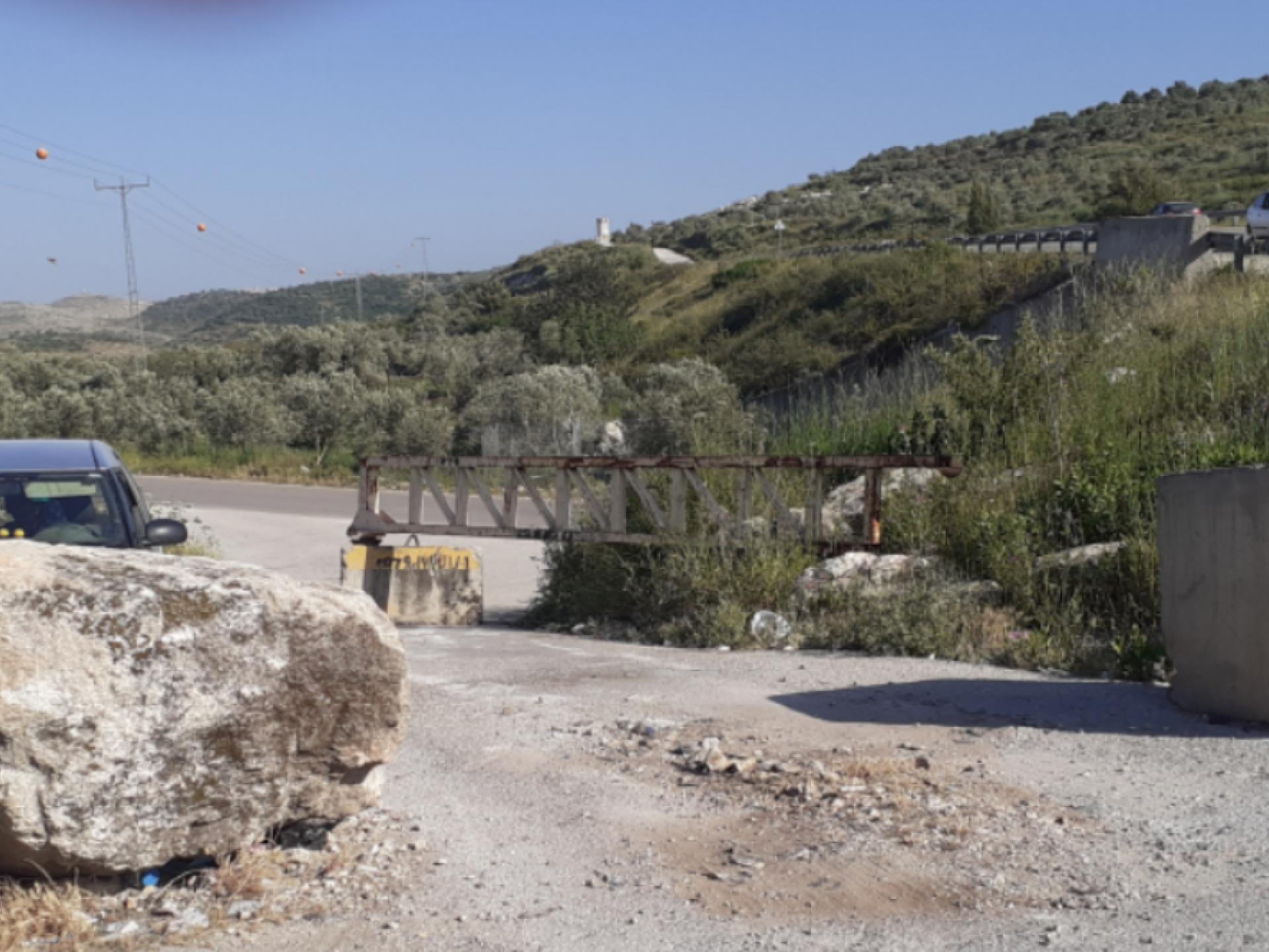 סלע וקוביות בטון גדולות על הכביש