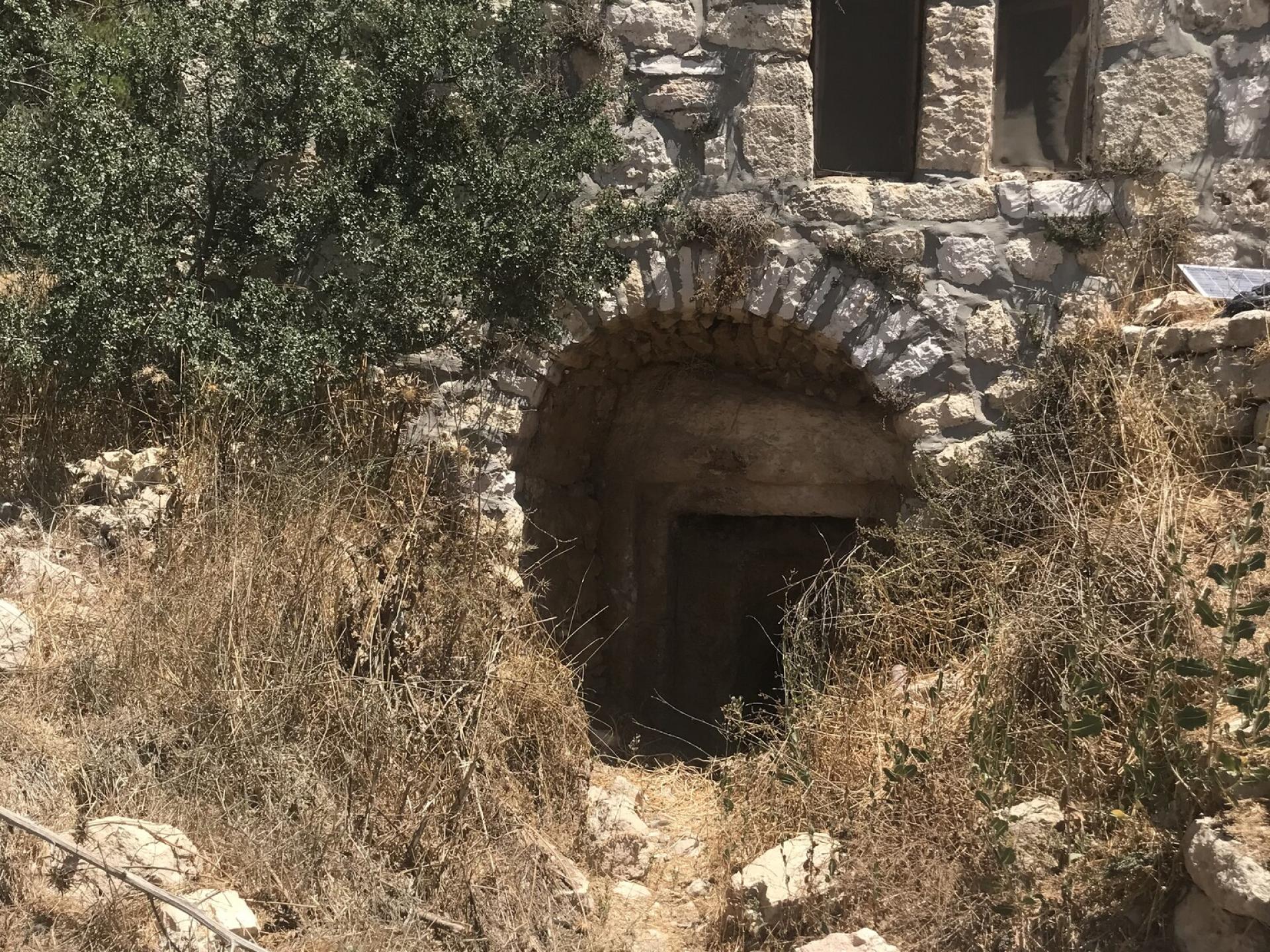 דלת בית השייח נעולה.