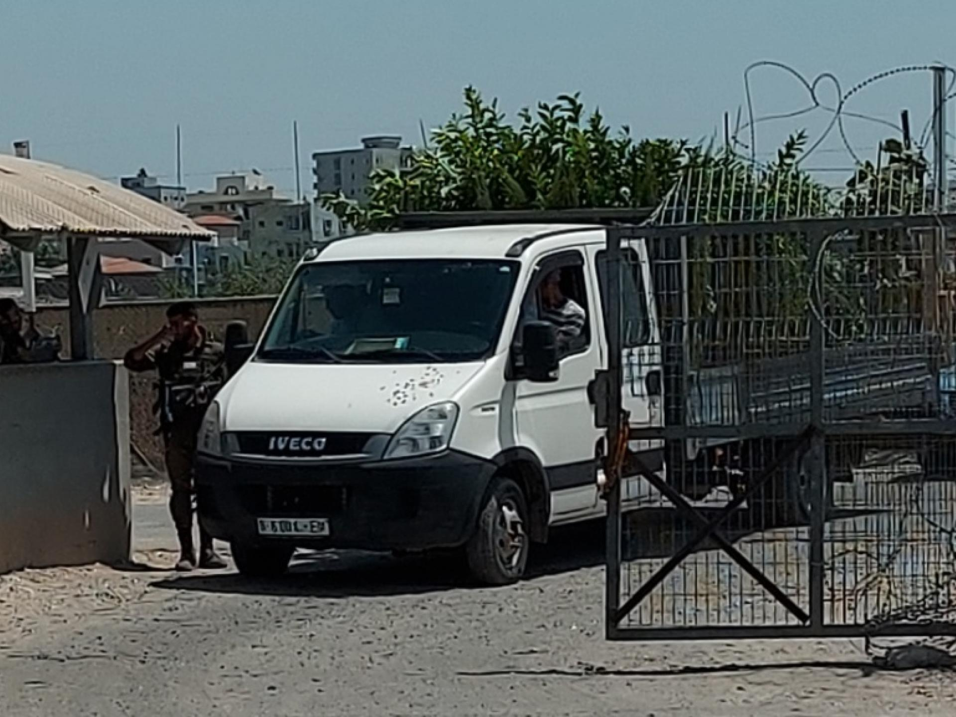 משאית עוברת במחסום חבלה