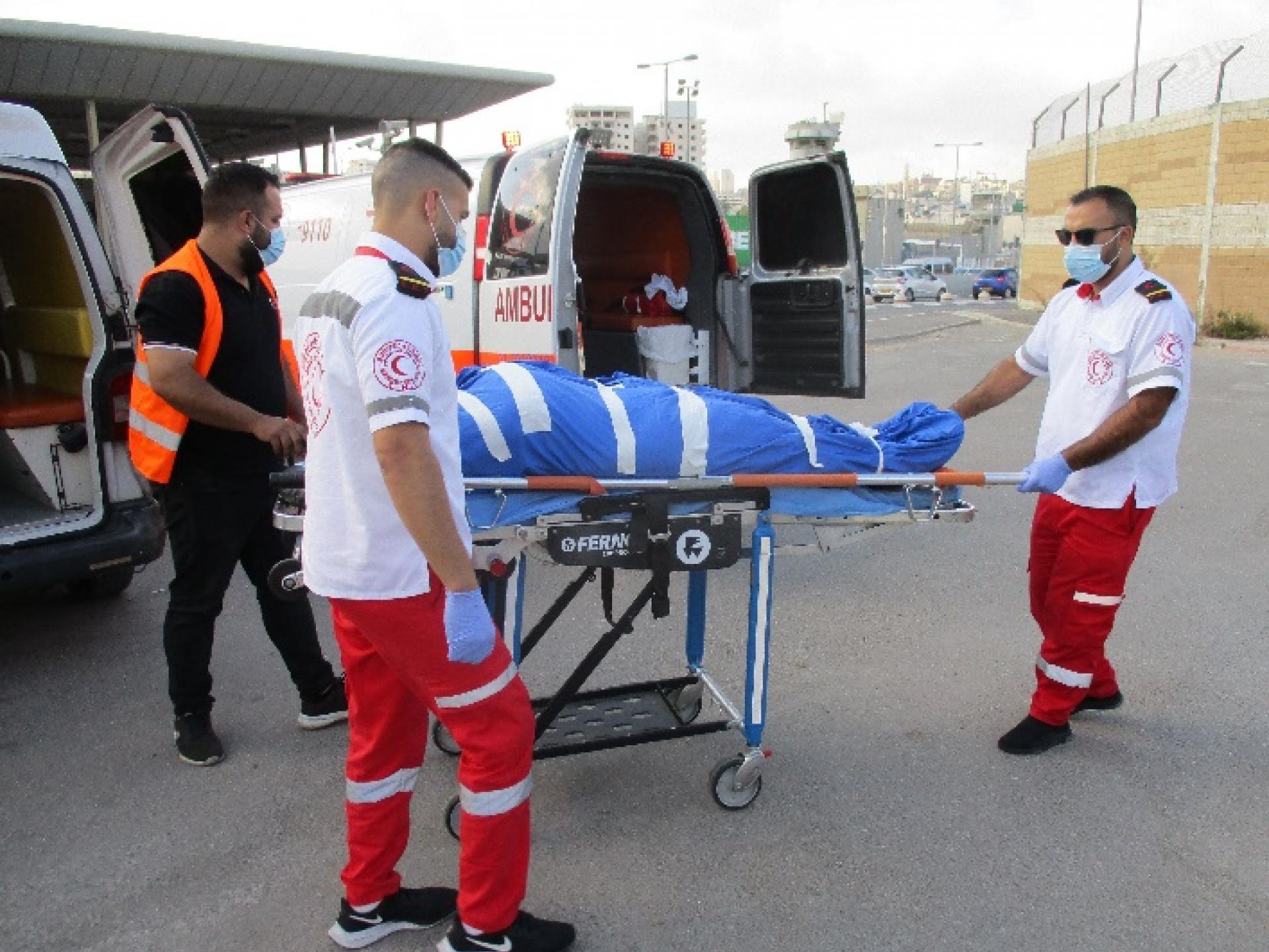 העברת גופתה של אשה מבית החולים בשכם לביתה בעזה