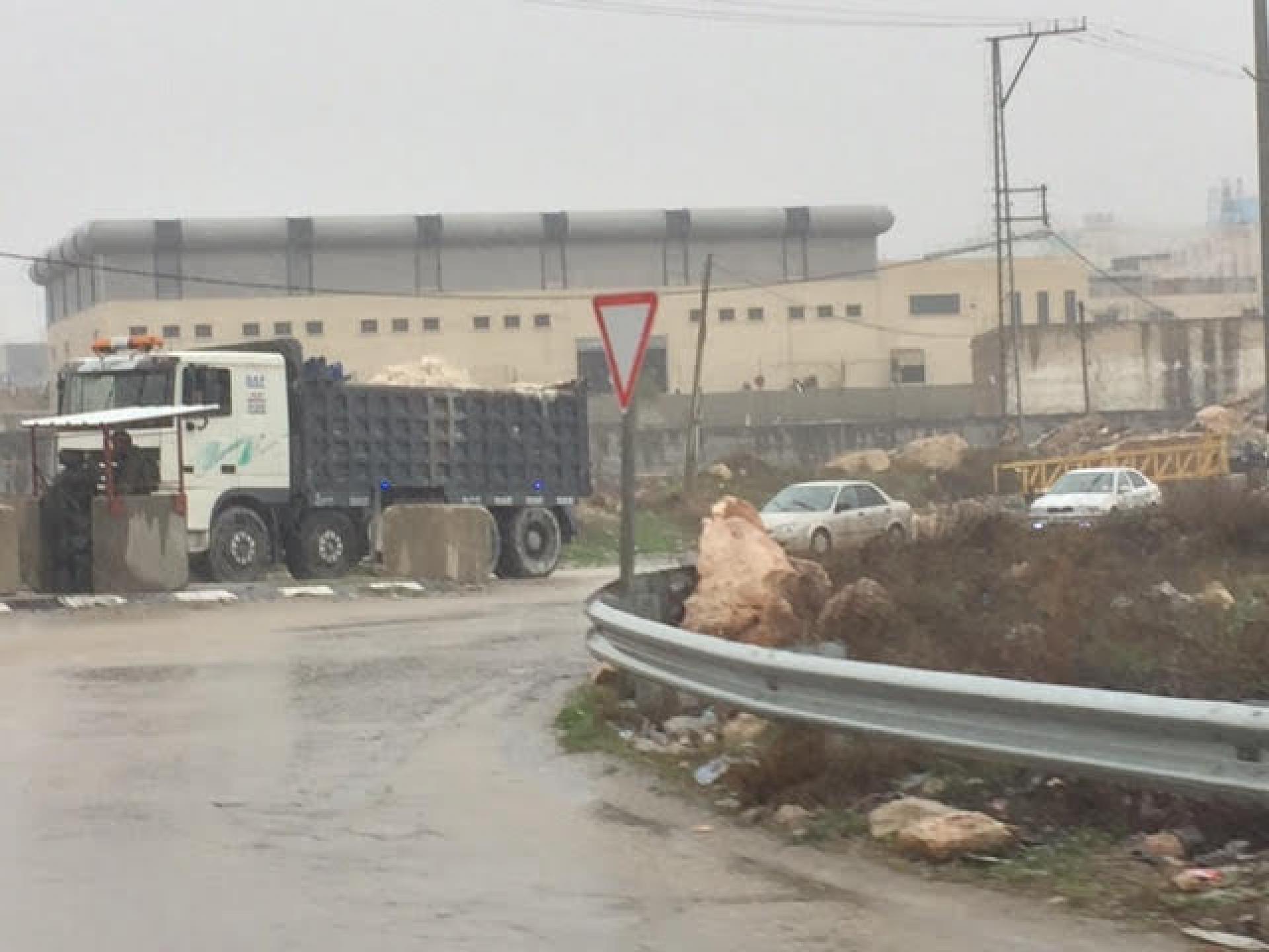 צומת הכבשים בגשם החיילים מפעילים חסימה