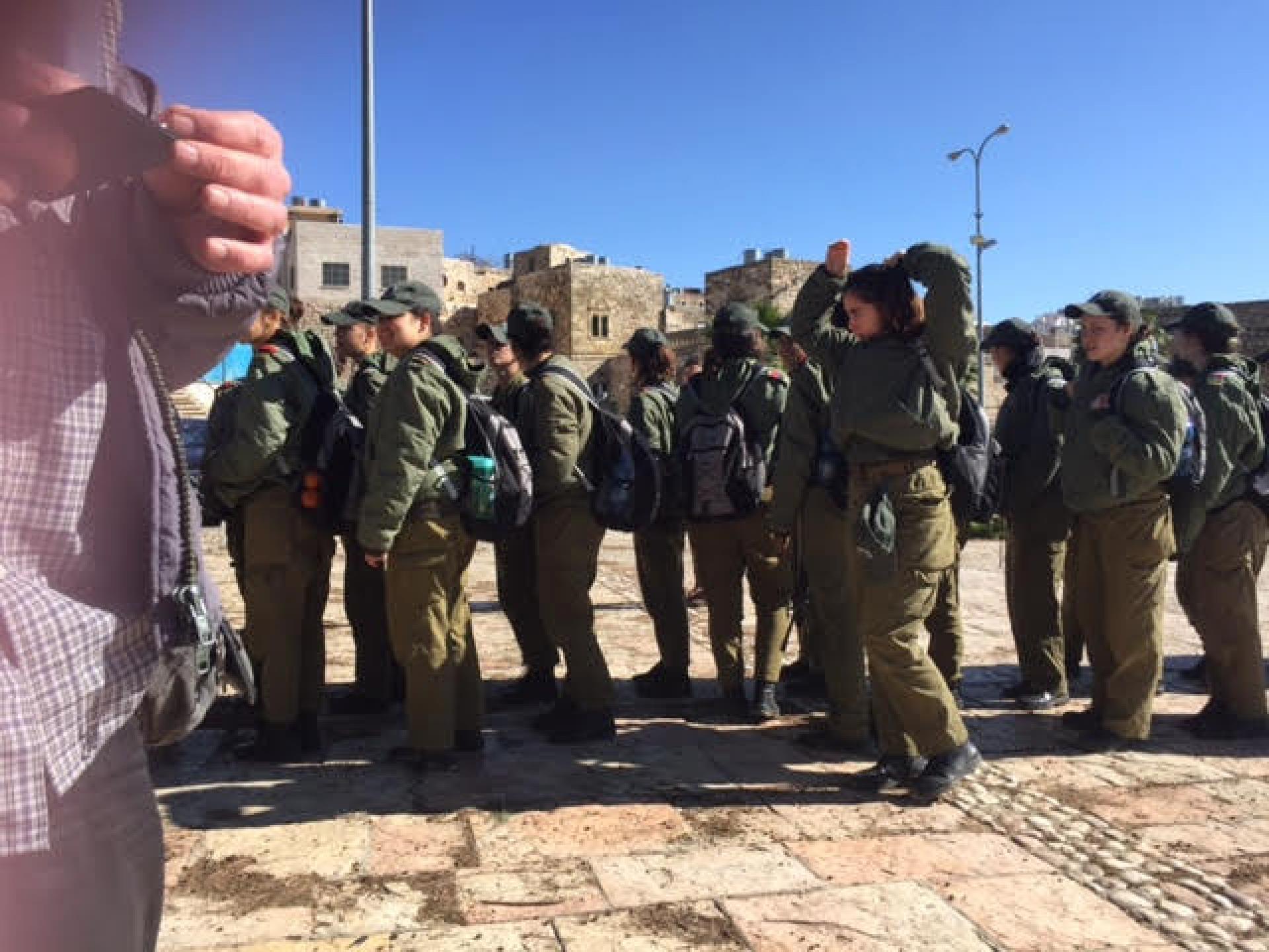 קורס של חיל חינוך מקבל הדרכה המועד היהודי של חברון