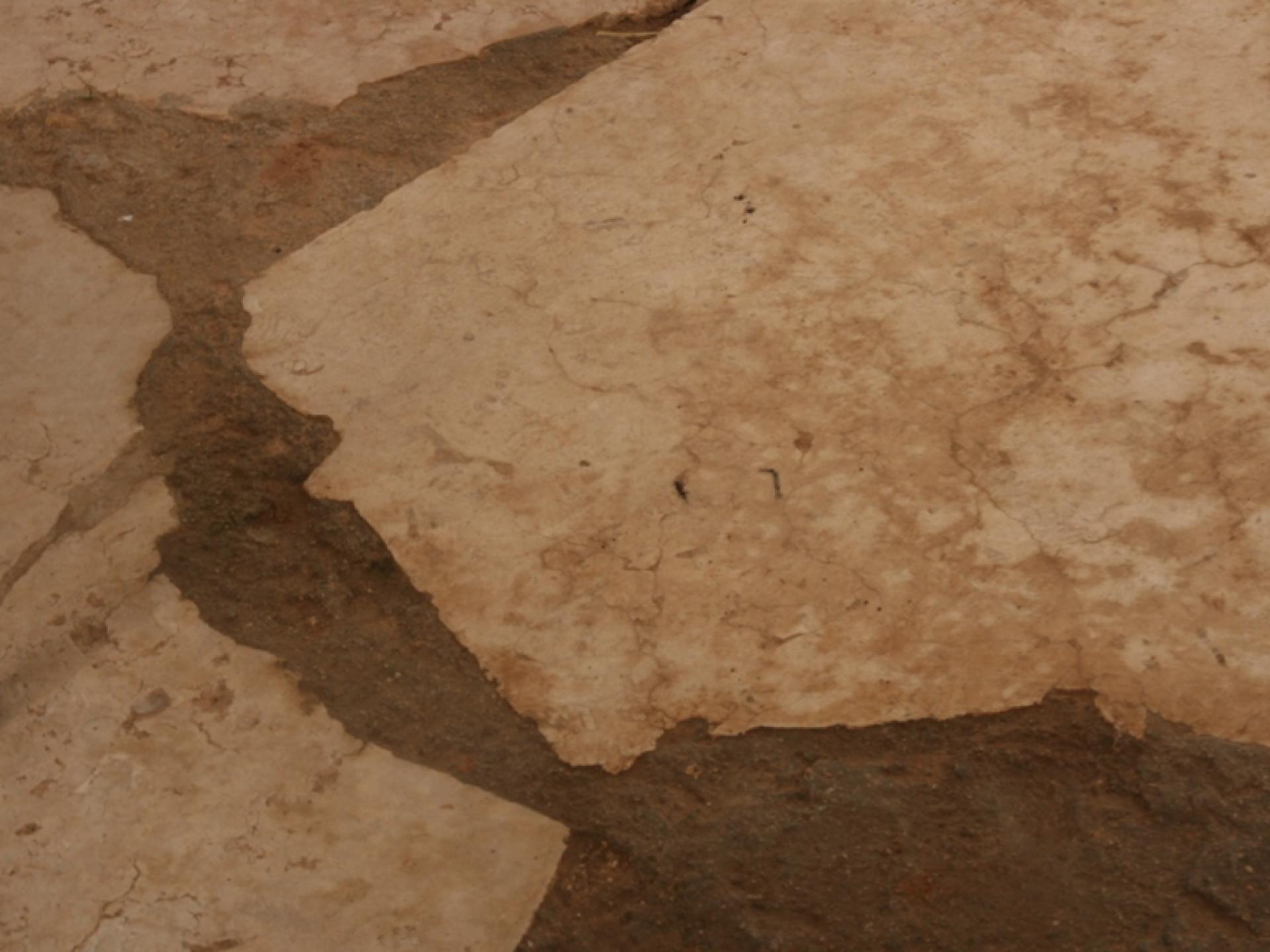 """ה""""רצפה"""" שעשויה מקצת בטון שנוצק בין האבנים הטבעיות"""