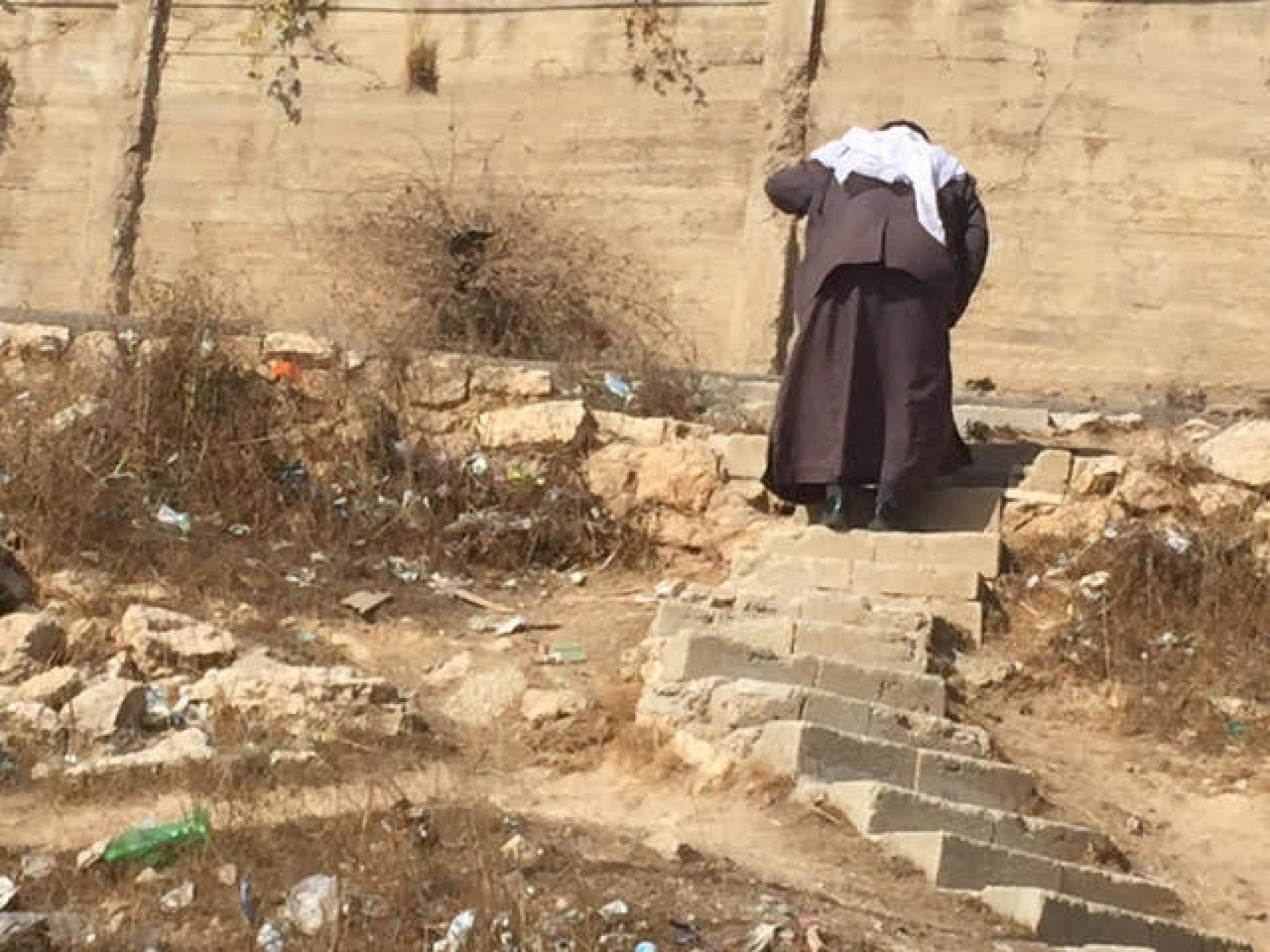 זקן עולה במדרגות בית המריבה. בשבת הציקו המתנחלים לזקן הזה שעלה וירד כדי להביא סחורה למכולת שלו
