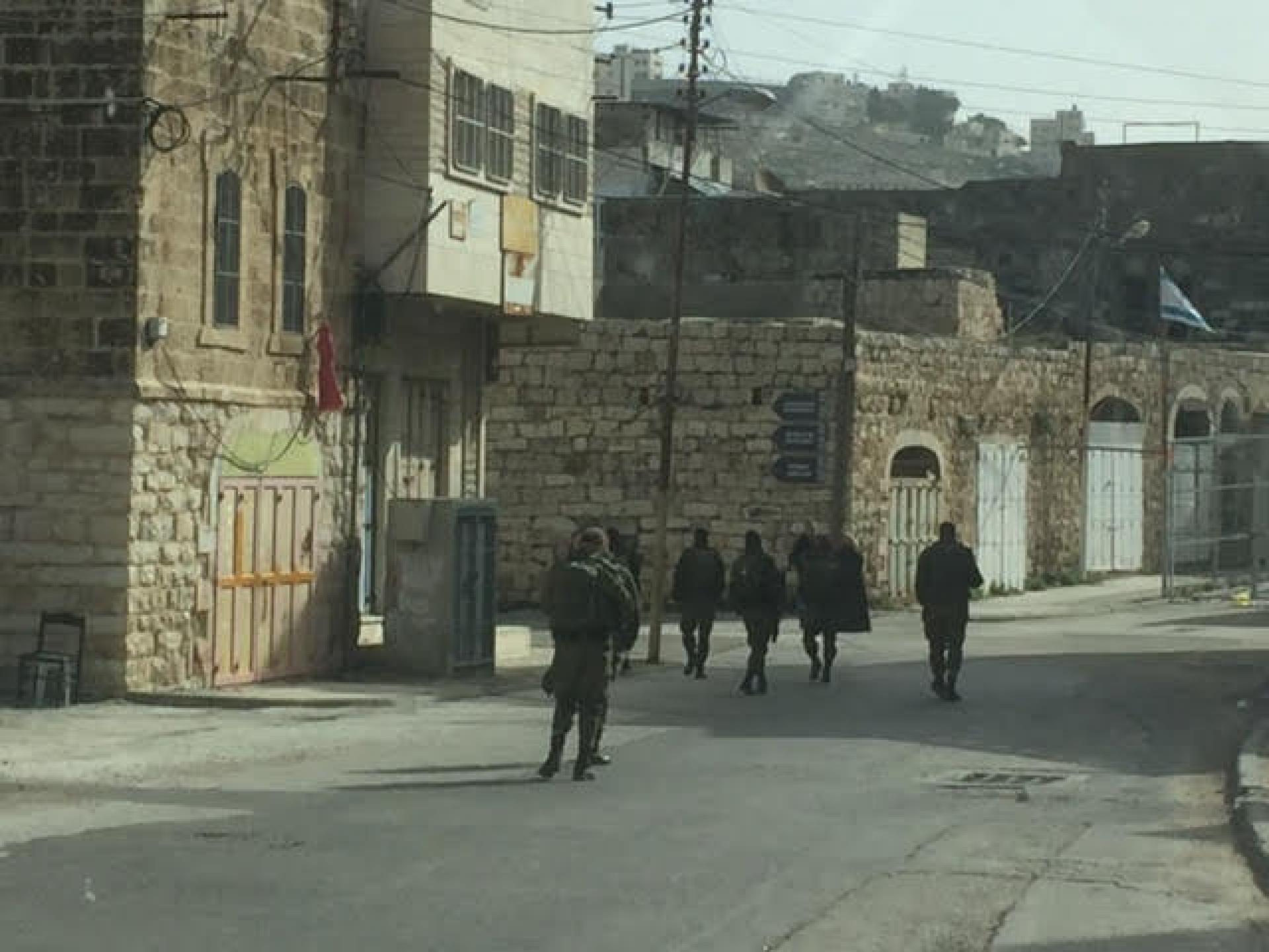 החיילים מסתובבים ברחובות השוממים והנטושים