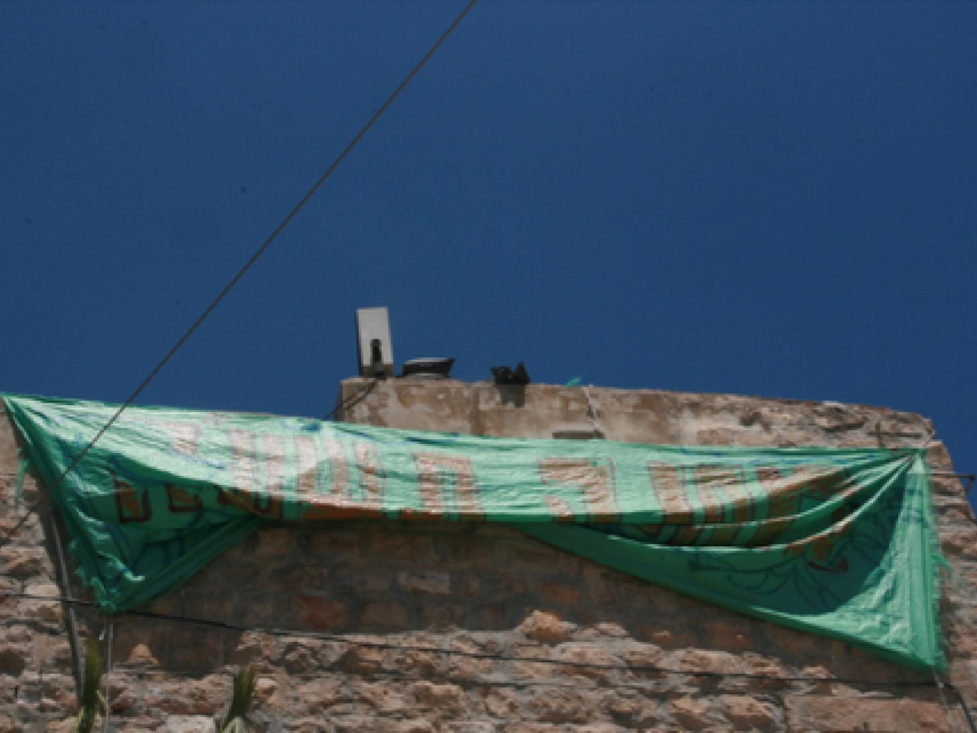 על הבית שבכניסה לשוק הסיטונאי הונפה כרזה ״מחנה תשע״ח״