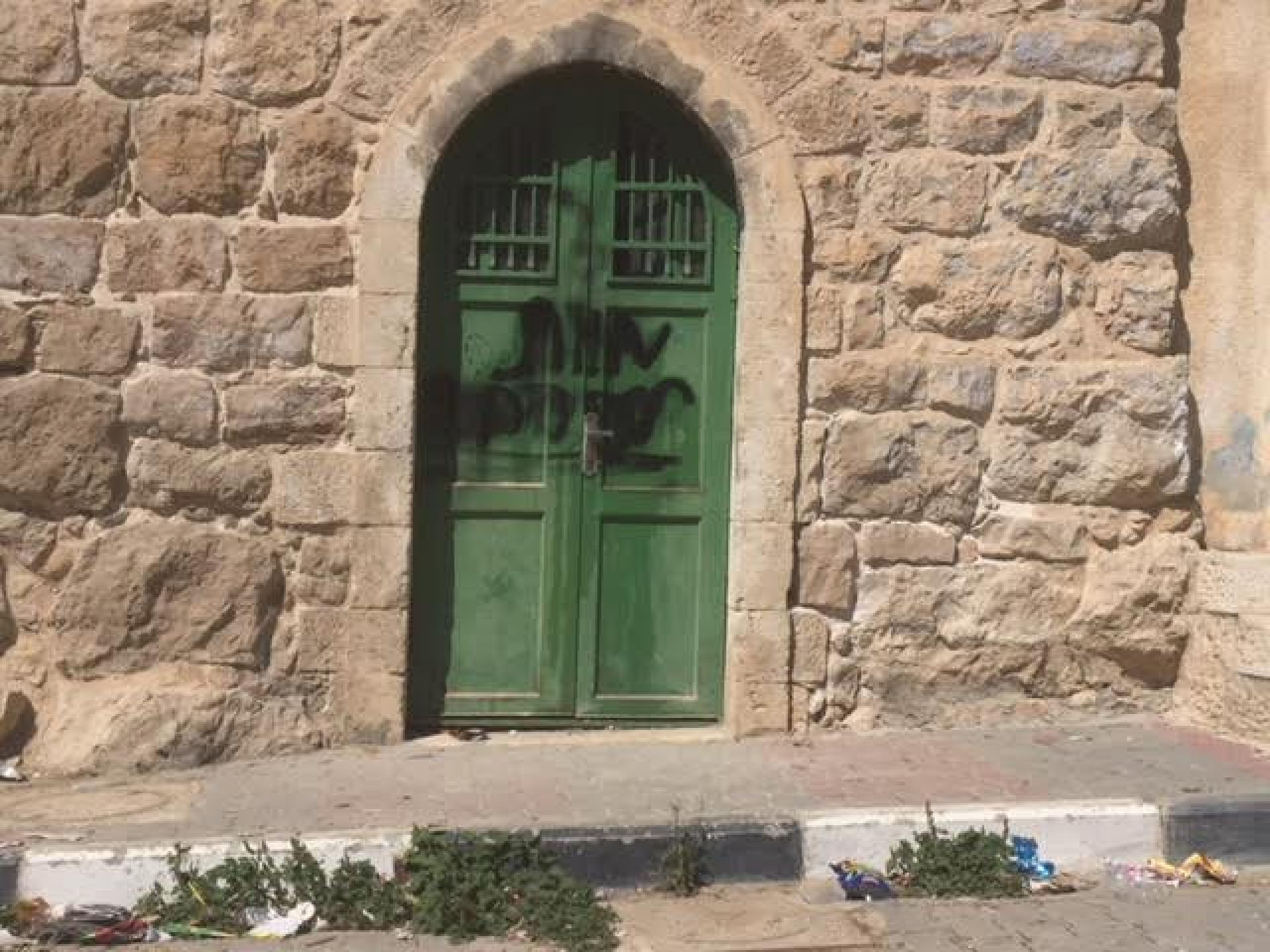 דלתות הבתים מכוסות בסיסמאות