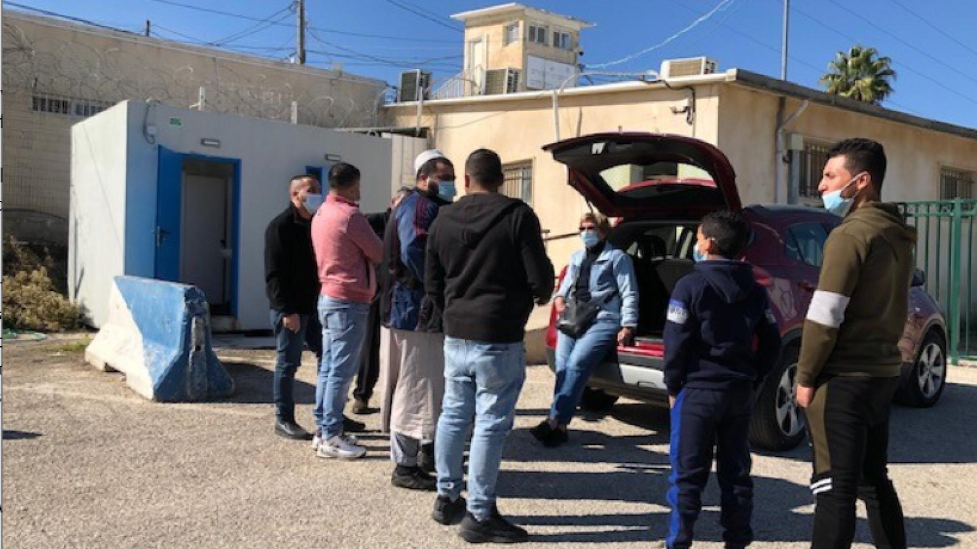 """מתנדבות מ""""ו משוחחות עם ממתינים למת""""ק עציון, 23.11.2020"""