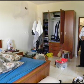 אביו של העצור באחד מחדרי הבית שהתבצע בהם חיפוש