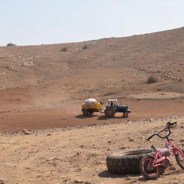 בקעת הירדן, חומסה: מביאים מים במכלית