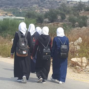 תלמידות חוזרות הביתה אחרי יום לימודים