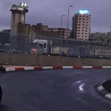 שלט ניאון, חומה ומגדל שמירה