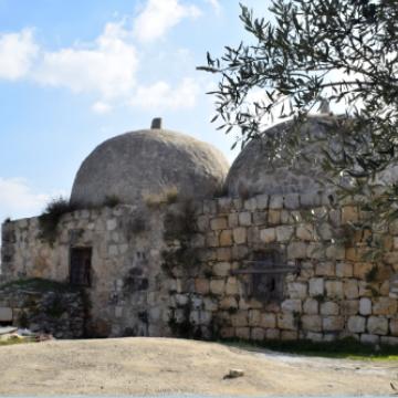 מבנה מאבנים עם שתי כיפות Double dome stone structure