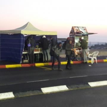 דוכני הפלאפל והקפה מעבר לכביש - גם משם סולקו